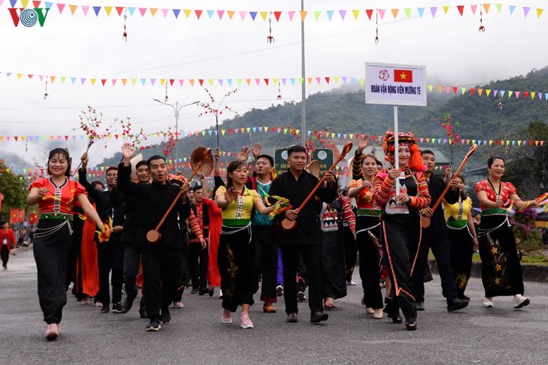 Người Thái, người Dao, người Hà Nhì... chân bước theo nhịp, xiết chặt tay nhau hòa trong tiếng trống, tiếng chiêng, tiếng đàn tính tẩu âm vang nơi đại ngàn