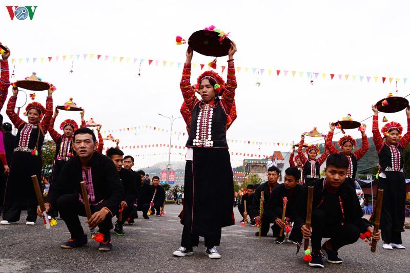 Mỗi đoàn mang đến lễ hội đường phố một sắc màu văn hóa riêng biệt thể hiện qua từng lời hát, điệu múa đặc trưng của dân tộc mình