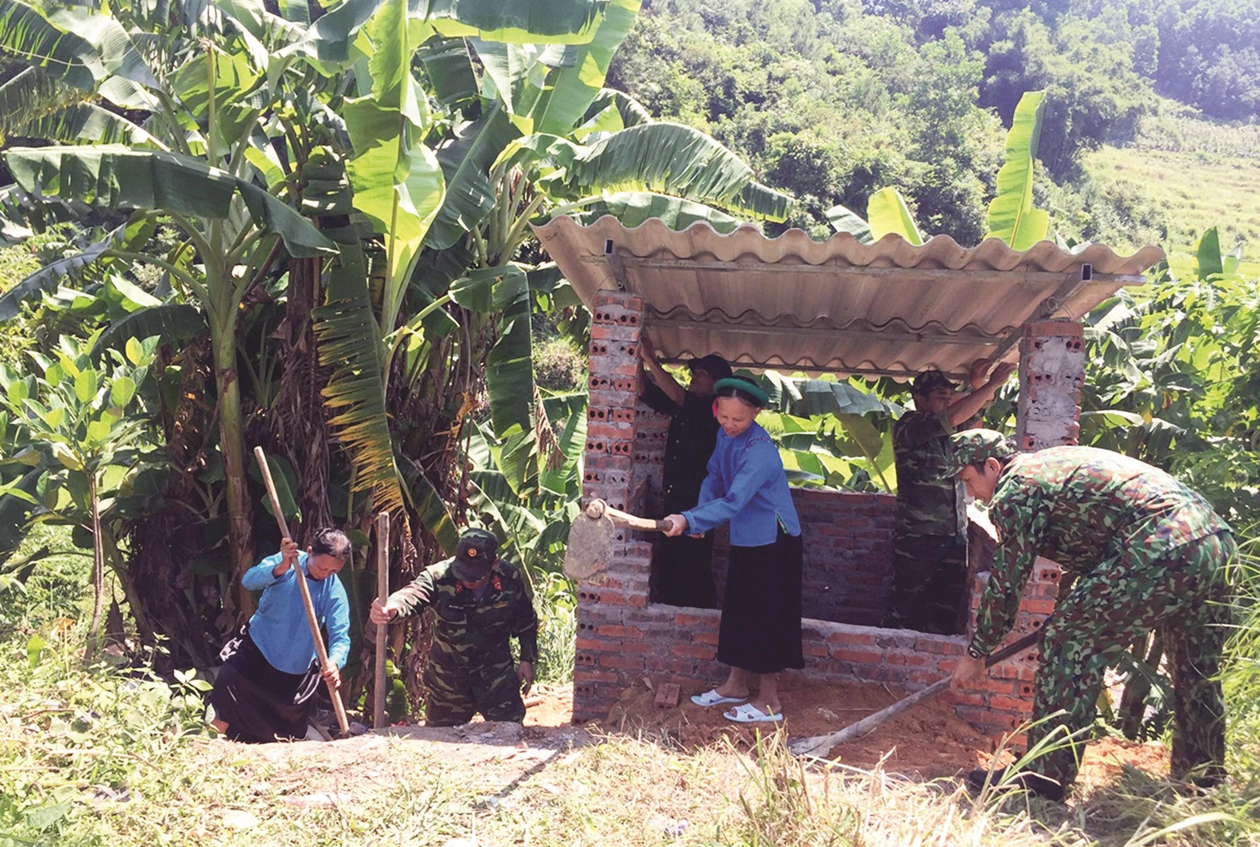 Đội vận động quần chúng Ban CHQS huyện Tiên Yên chung tay cùng bà con xây dựng lò đốt rác tập trung tại thôn Khe Quang, xã Đại Dực, huyện Tiên Yên