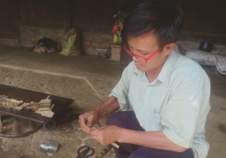 Ông Lý Pàng Chua, người chế tác bút sáp ong ở bản Pú Nhu, xã La Pán Tẩn, huyện Mù Cang Chải (Yên Bái)