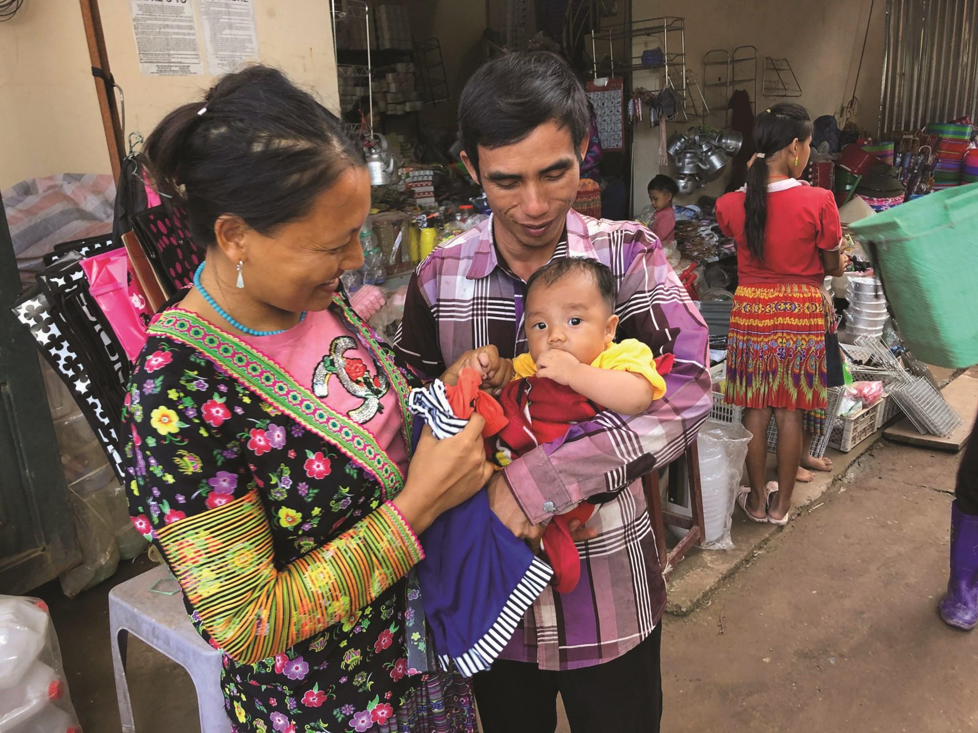 Gia đình chị Lý Thị Xé đến chợ mua sắm hàng Việt.