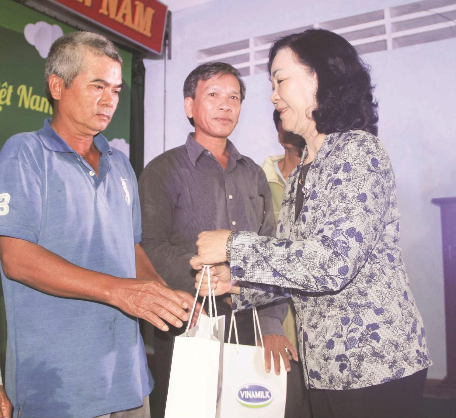Bà Trương Thị Mai – Ủy viên Bộ Chính trị, Bí thư Trung ương Đảng, Trưởng Ban Dân vận Trung ương tặng quà cho các gia đình chính sách ở xã Cát Tiến