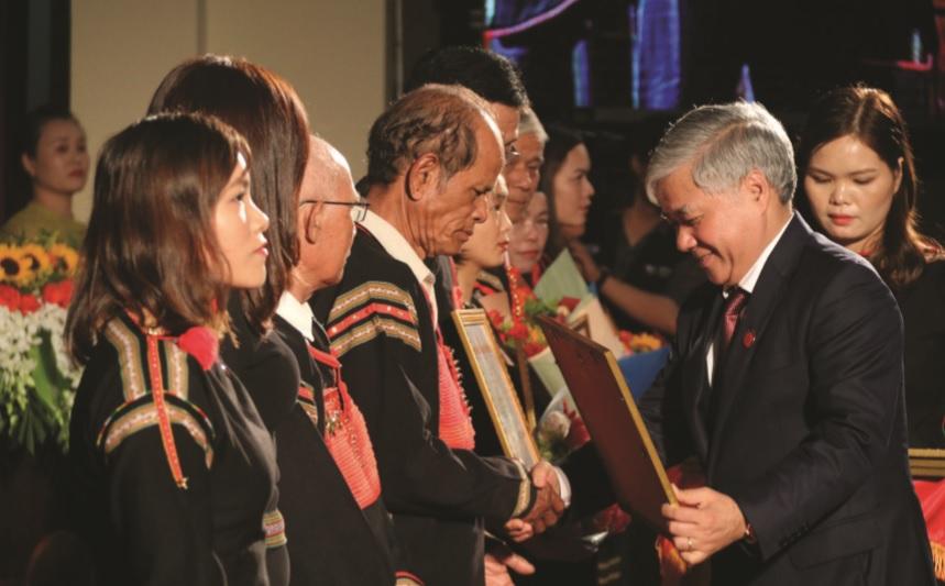 Bộ trưởng, Chủ nhiệm Ủy ban Dân tộc Đỗ Văn Chiến tặng Bằng khen cho tập thể, cá nhân tại Đại hội.