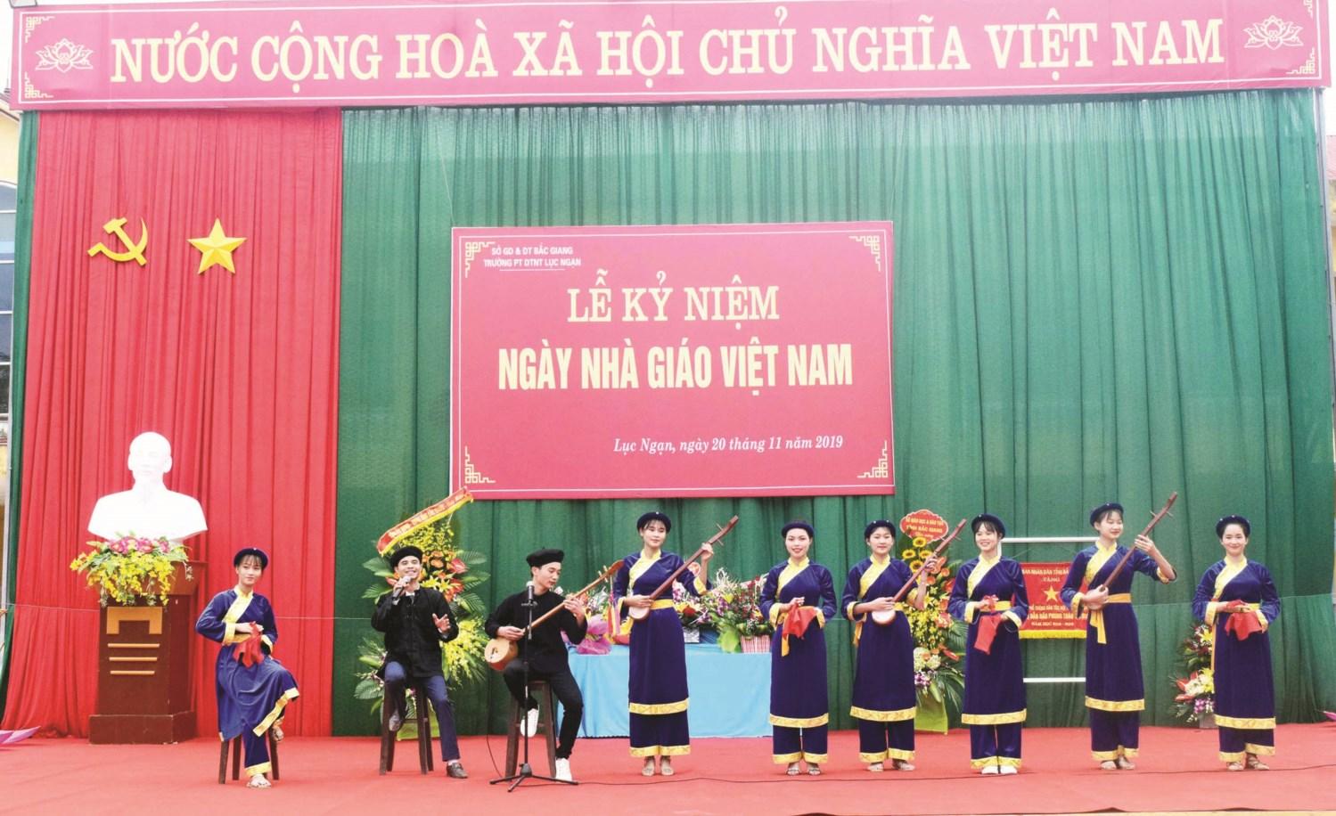 Tiết mục văn nghệ chào mừng ngày Nhà giáo Việt Nam 20/11 của học sinh Trường Phổ thông DTNT Lục Ngạn