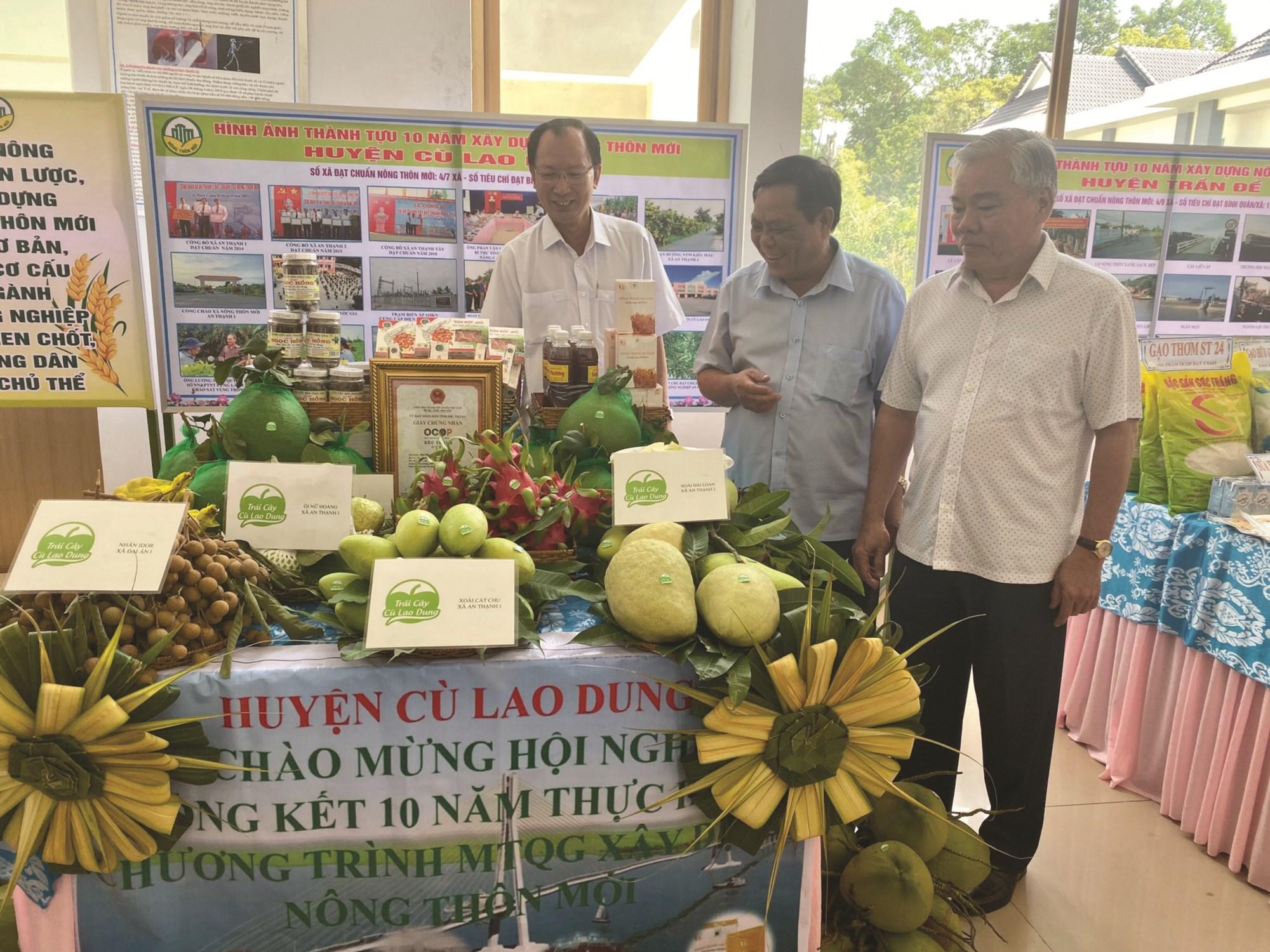 Các loại đặc sản thuộc Chương trình mỗi xã một sản phẩm ở Cù Lao Dung được trưng bày nhân Tổng kết 10 năm xây dựng NTM tỉnh Sóc Trăng.