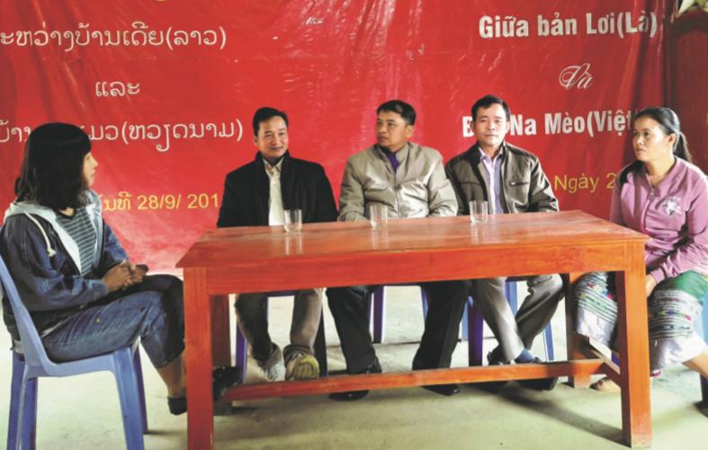 Ông Són Ma Ny, Bí thư, Trưởng bản Lơi, huyện Viêng Xay, tỉnh Hủa Phăn (Lào) (người mặc áo đen) chia sẻ về tình đoàn kết giữa 2 bản kết nghĩa