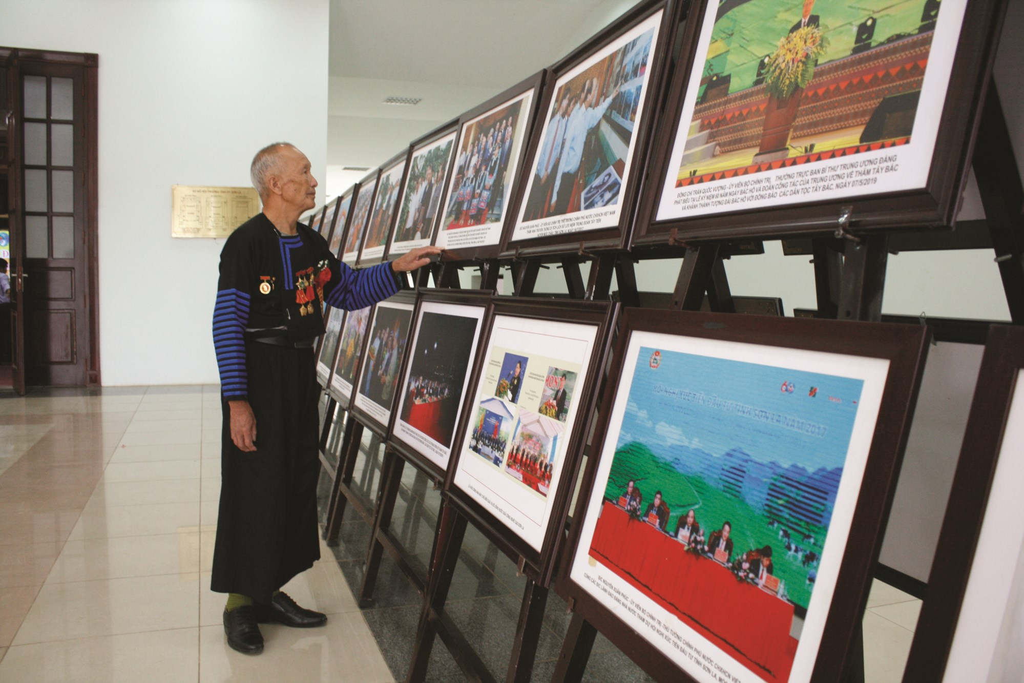 Ông Tráng Lao Lử thăm quan khu triển lãm ảnh tại Đại hội Đại biểu các DTTS tỉnh Sơn La năm 2019.