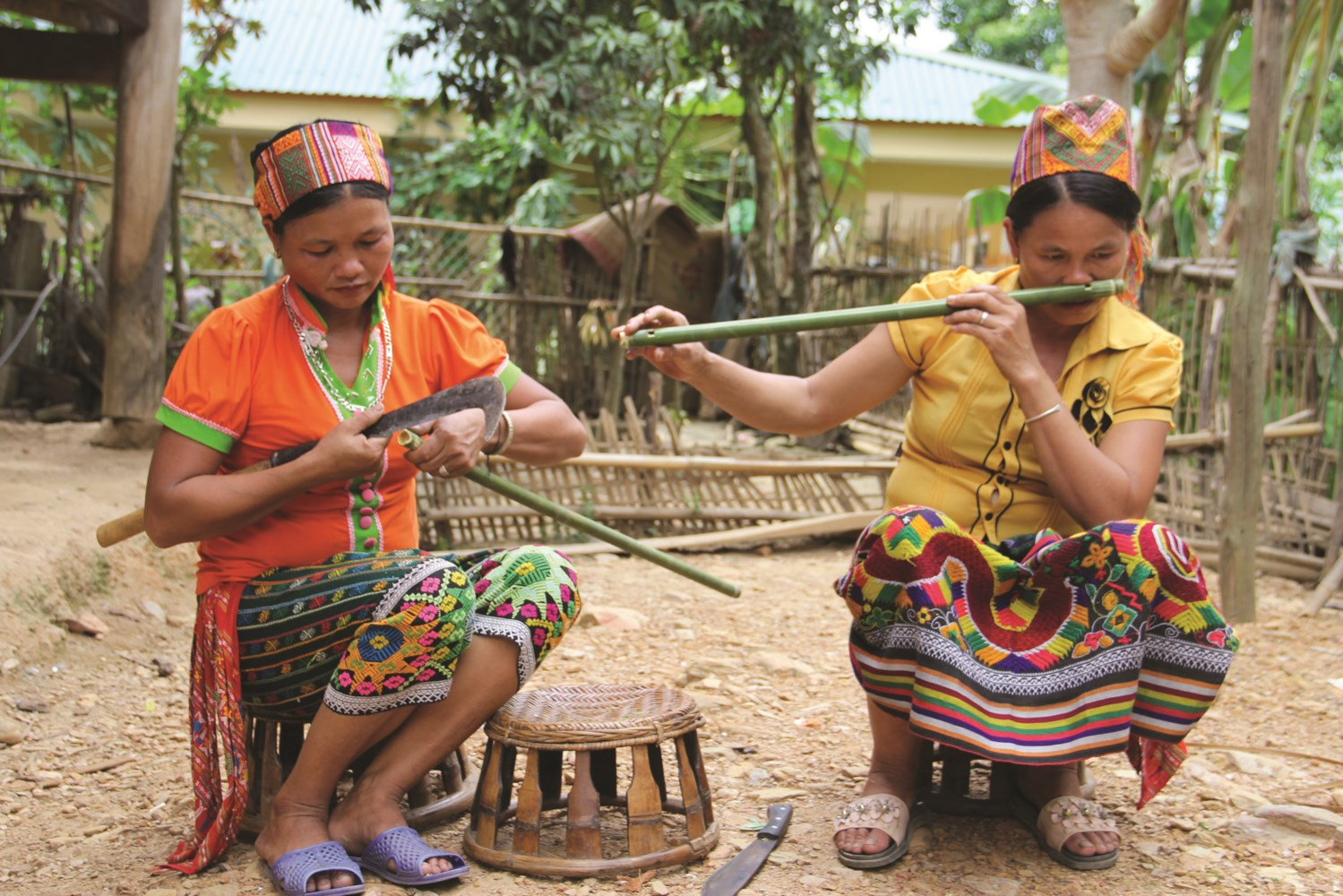 Những người phụ nữ Khơ-mú khéo léo chế tác sáo và biểu diễn thổi sáo mũi
