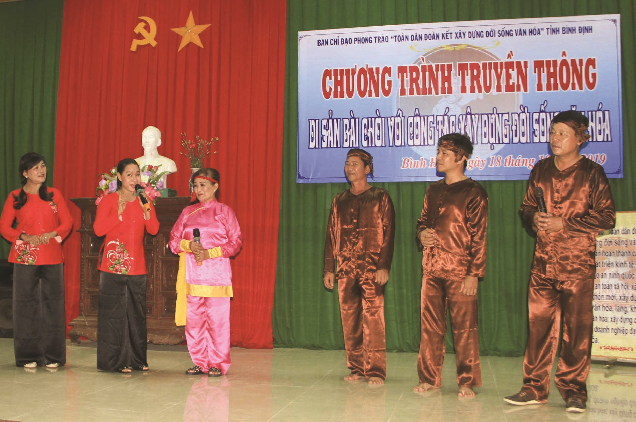 Đội tuyên truyền lưu động tỉnh Bình Định, trình diễn Nghệ thuật Bài chòi, phục vụ cho người dân vùng nông thôn