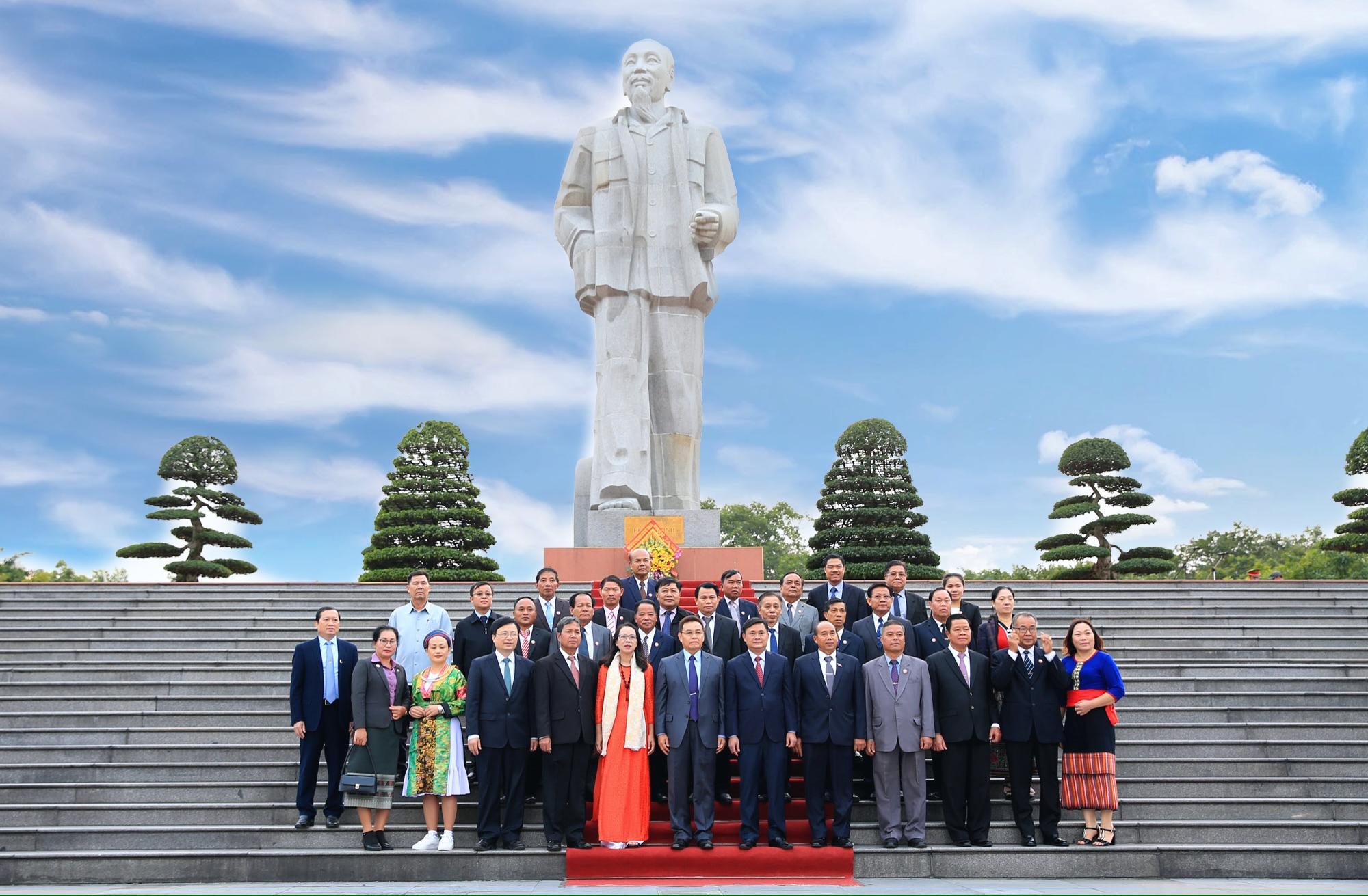 Các đại biểu và đoàn công tác chụp ảnh lưu niệm giới tượng đài Hồ Chí Minh