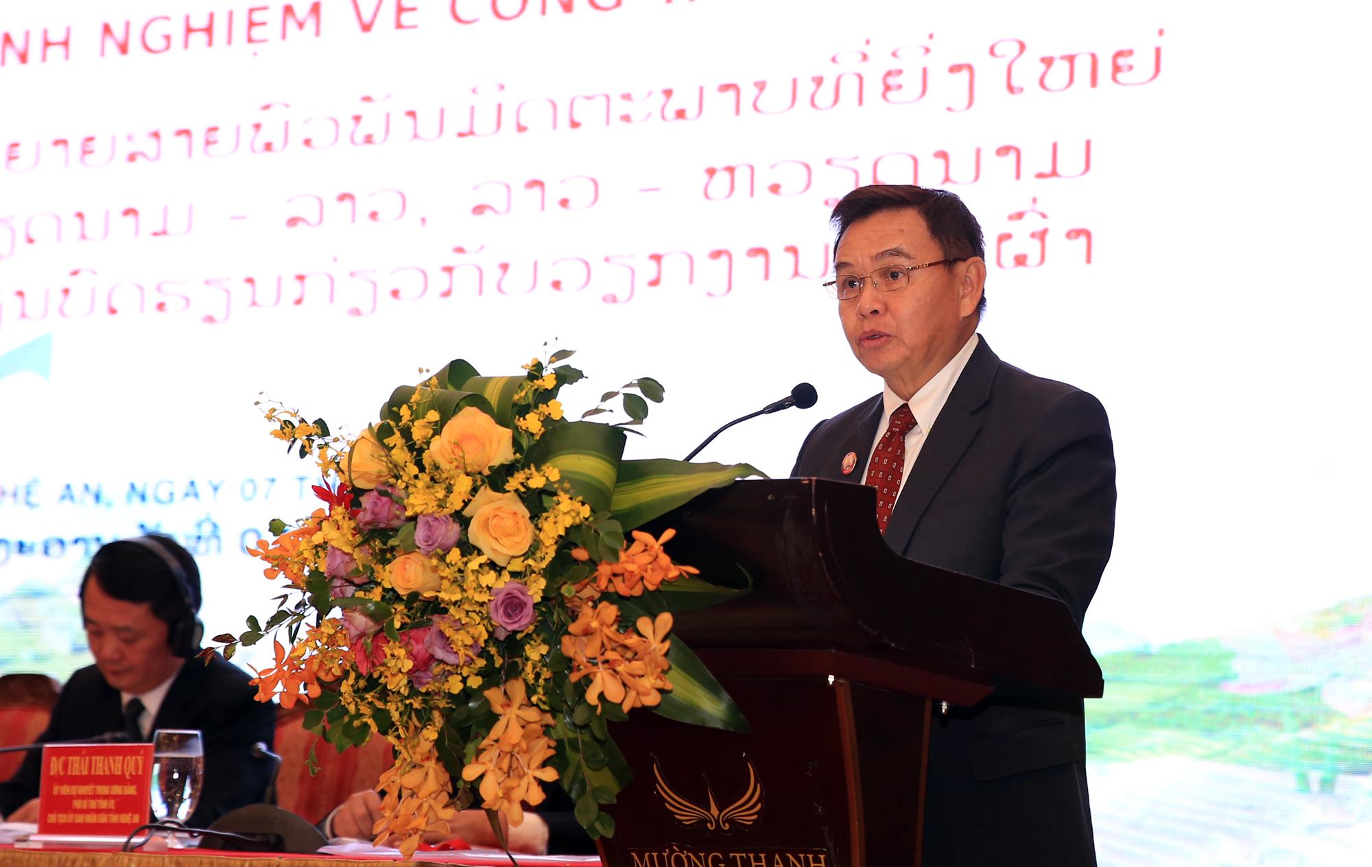 Đồng chí Xay - xổm - phon Phôm - vi - hản, Ủy viên Bộ chính trị, Chủ tịch Ủy Ban Trung ương Mặt trận Lào xây dựng đất nước phát biểu tại Hội thảo