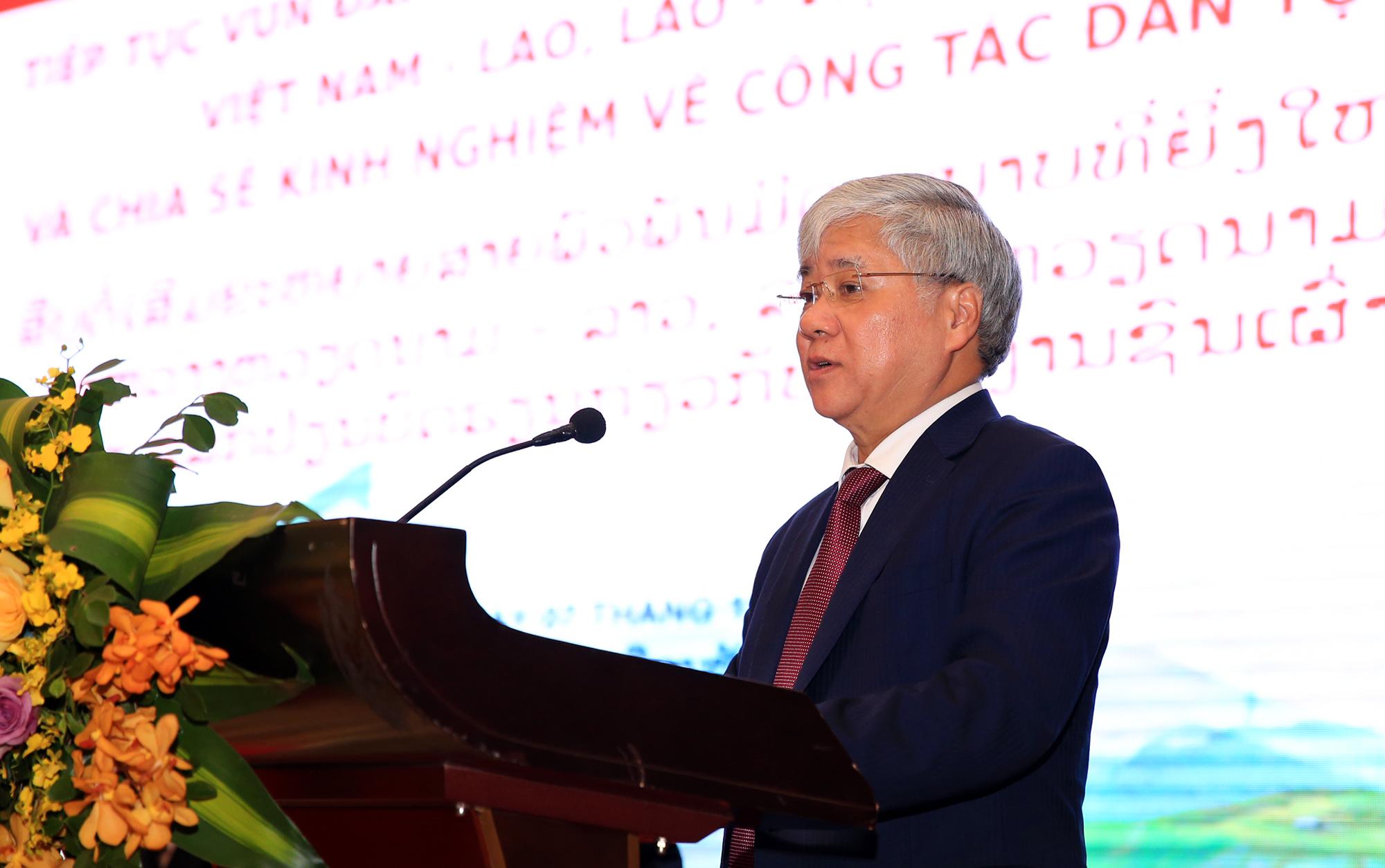 Bộ trưởng, Chủ nhiệm UBDT Đỗ Văn Chiến phát biểu tham luận tại Hội thảo