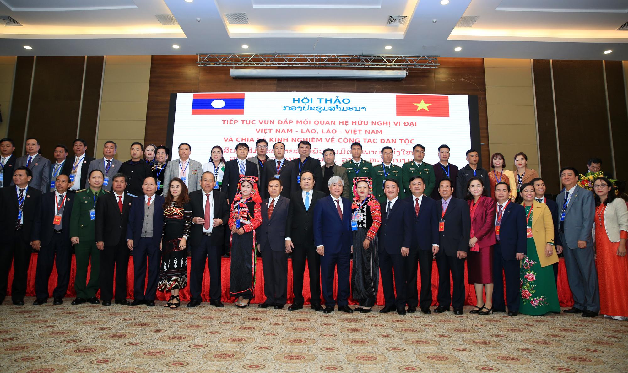 Các đại biểu chụp ảnh lưu niệm cùng với lãnh đạo cấp cao của hai Nhà nước Việt Nam và Lào