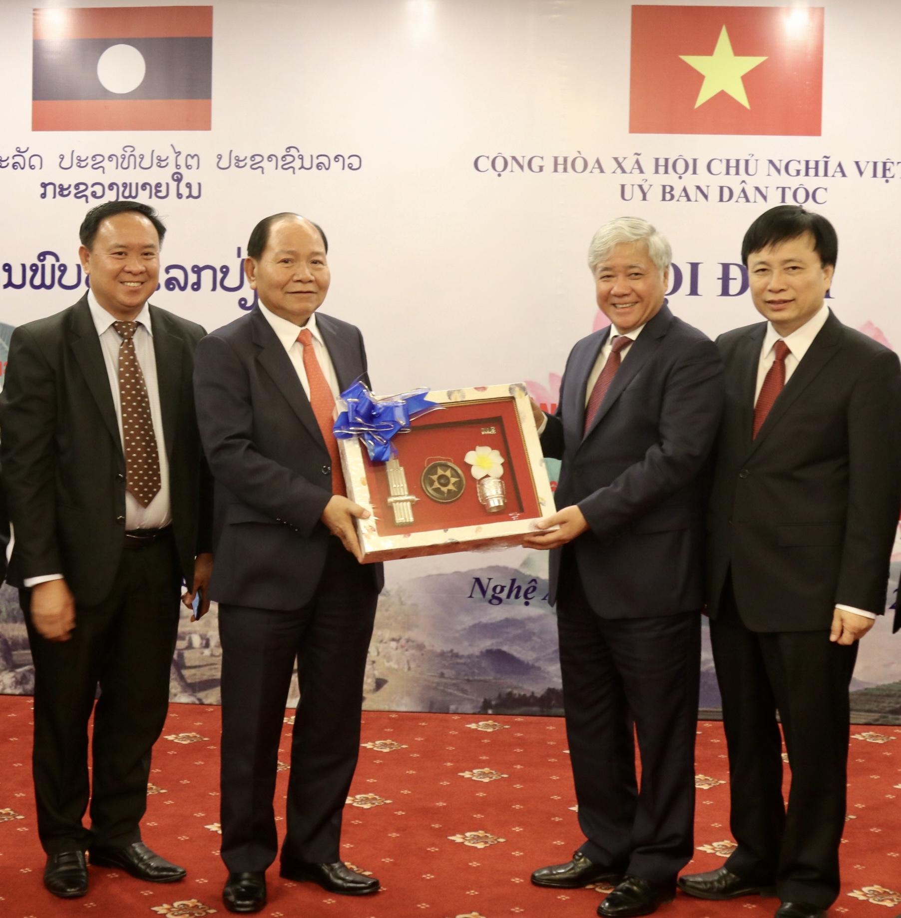Bộ trưởng Bộ Nội vụ Lào Khăm-mặn Xủn-vi-lợt tặng quà lưu niệm cho Đoàn công tác UBDT