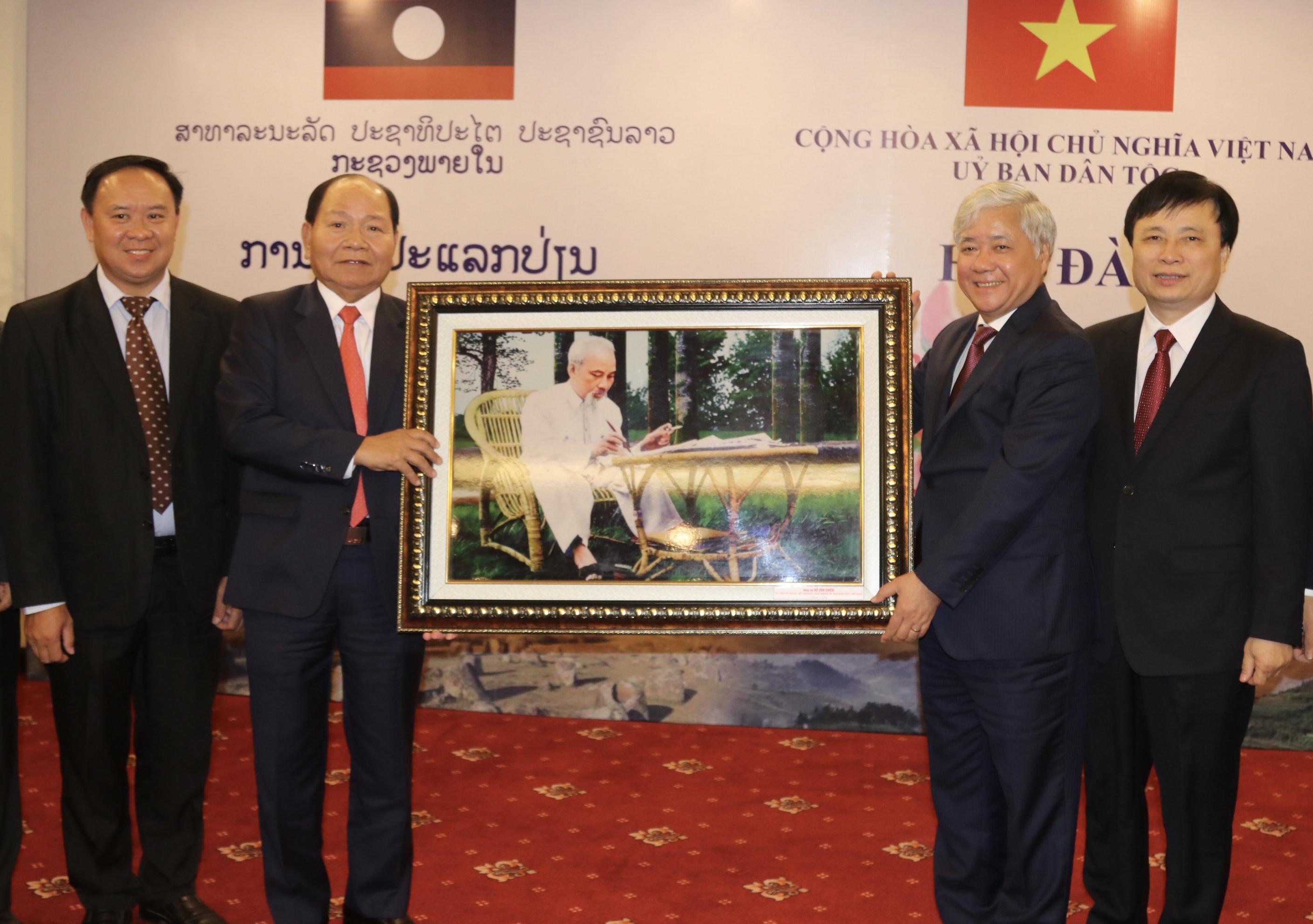 Bộ trưởng, Chủ nhiệm UBDT Đỗ Văn Chiến tặng bức tranh chân dung Bác Hồ cho Đoàn công tác Bộ Nội vụ Lào