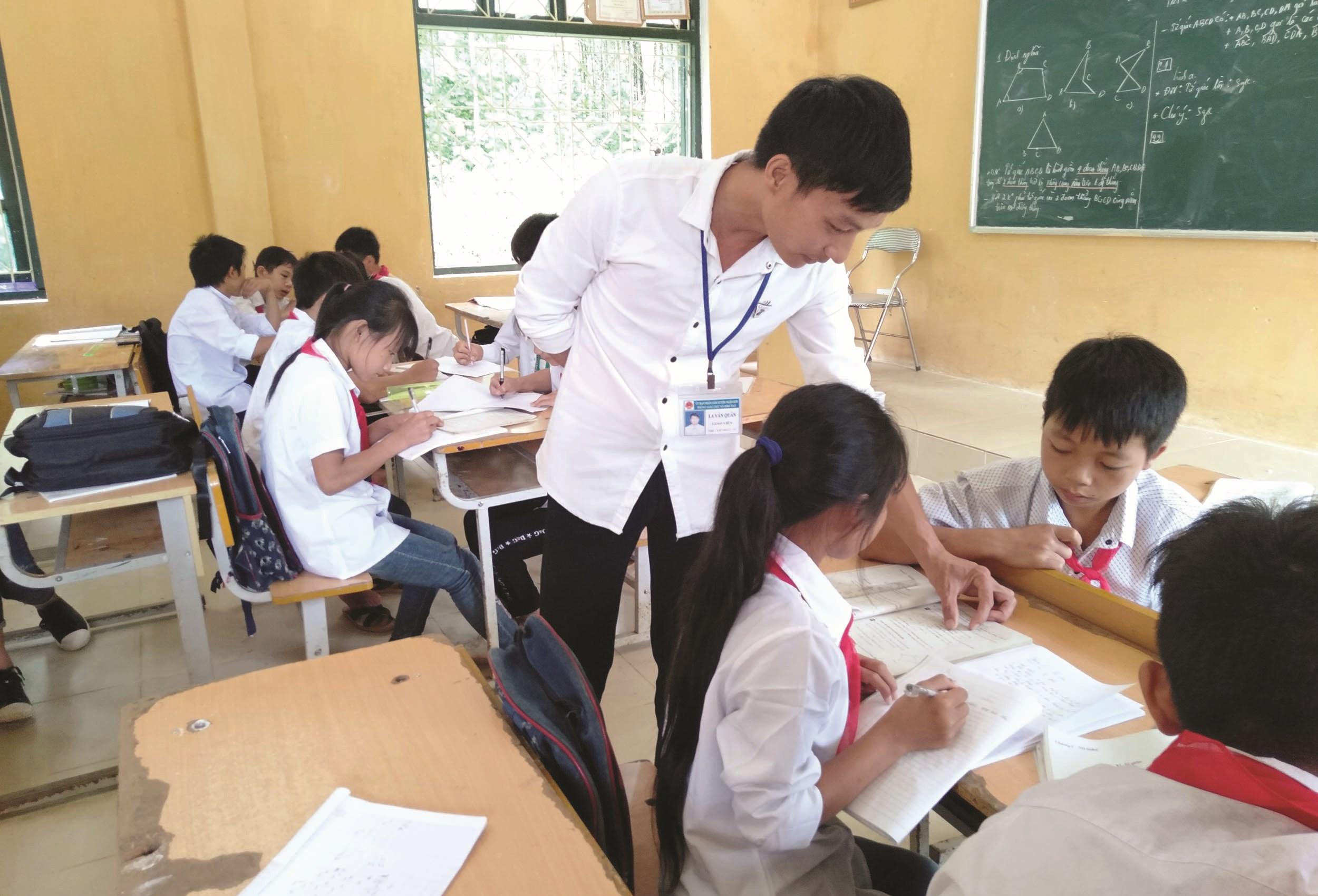 Thầy giáo La Văn Quân dạy học trò trên lớp