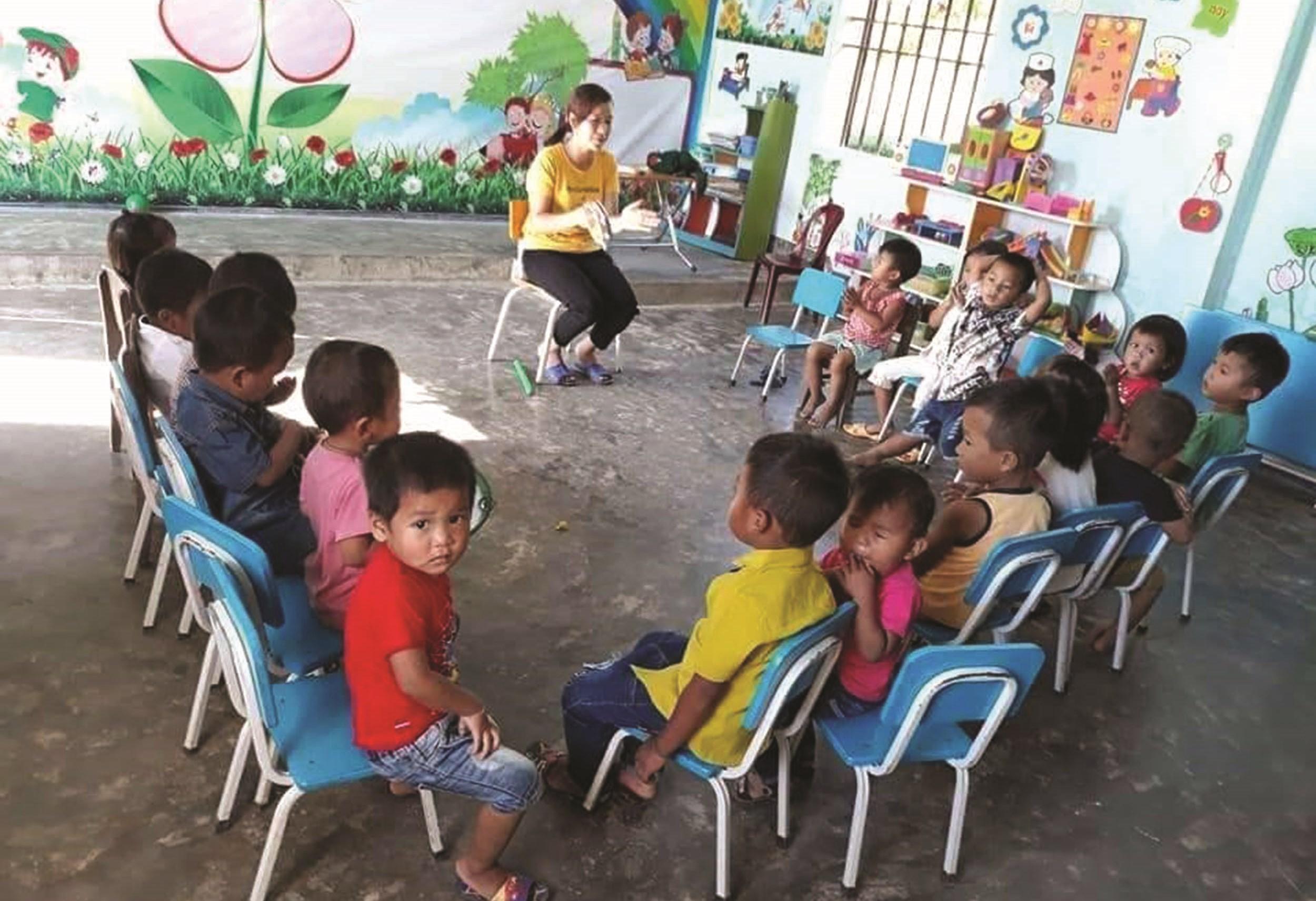 Cô giáo Trần Thị Thu Phương ân cần dạy dỗ các em học sinh dân tộc Chứt, bản Rào Tre