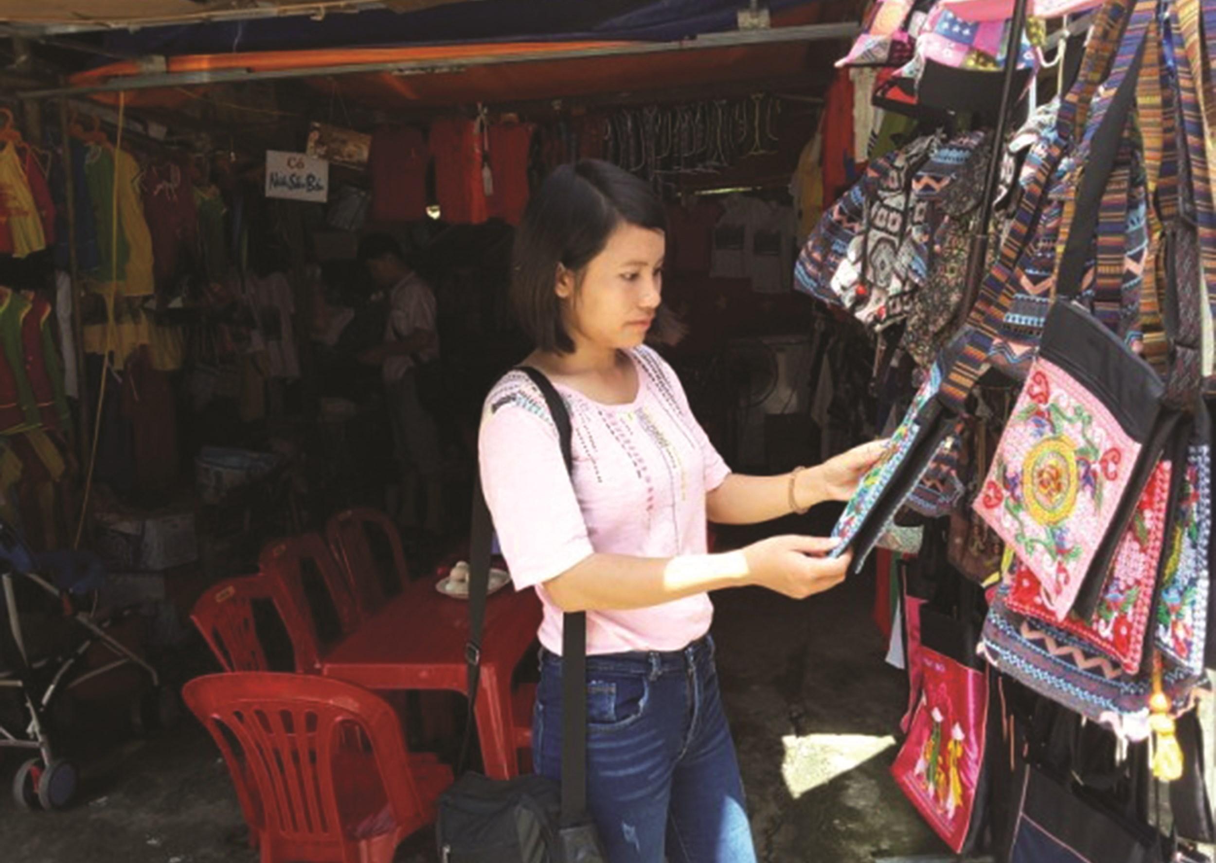 Sản phẩm đồ lưu niệm bày bán tại các điểm du lịch ở Cao Bằng