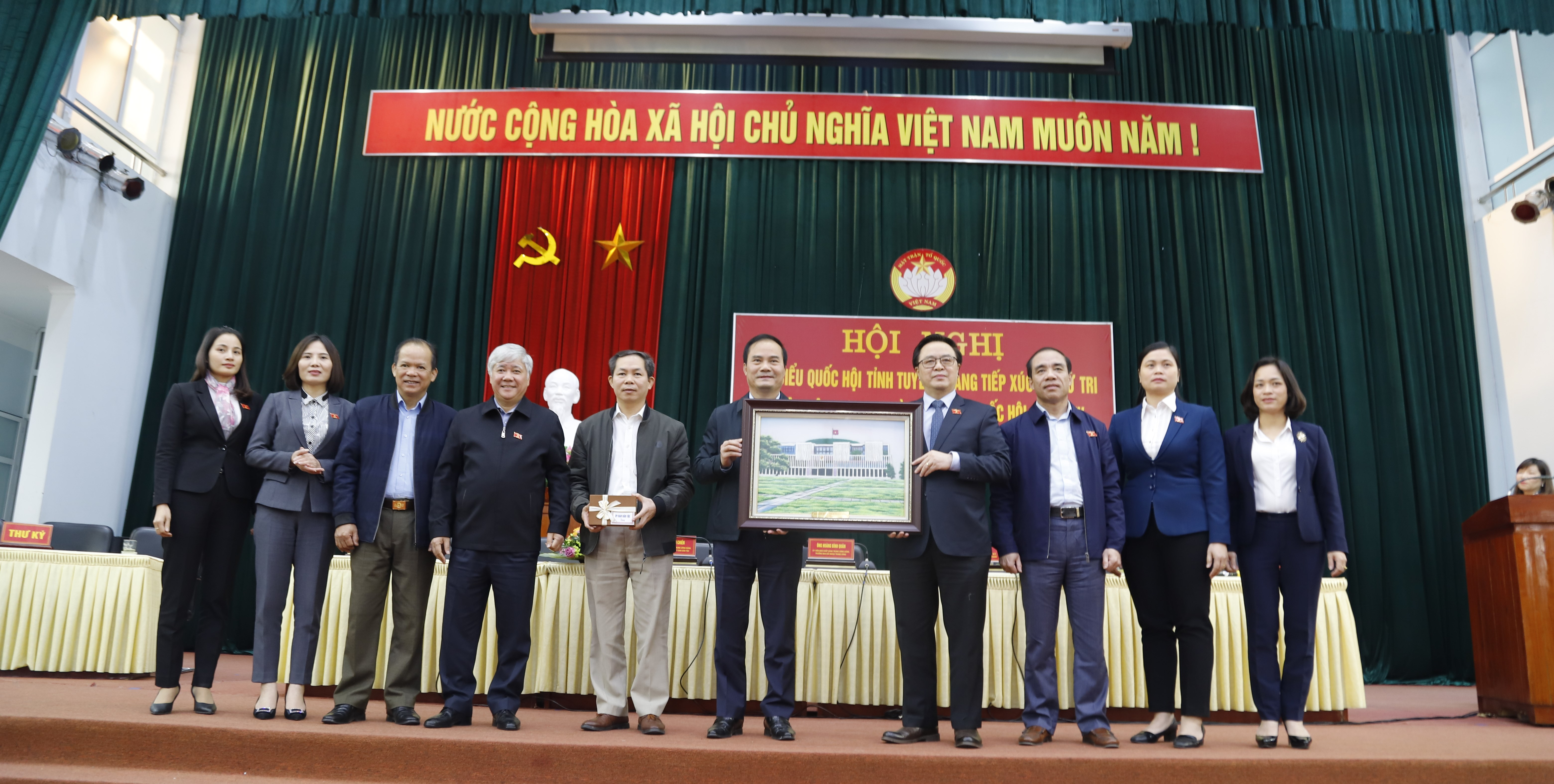 Đoàn ĐBQH tỉnh Tuyên Quang tặng bức tranh và UBDT tặng 30 triệu đồng cho quỹ khuyến học huyện Yên Sơn.