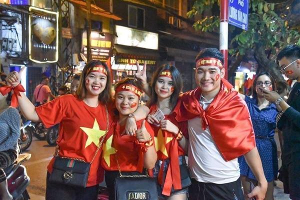 Cổ động viên mừng chiến thắng của oội tuyển tại Hà Nội . Ảnh Thành Long