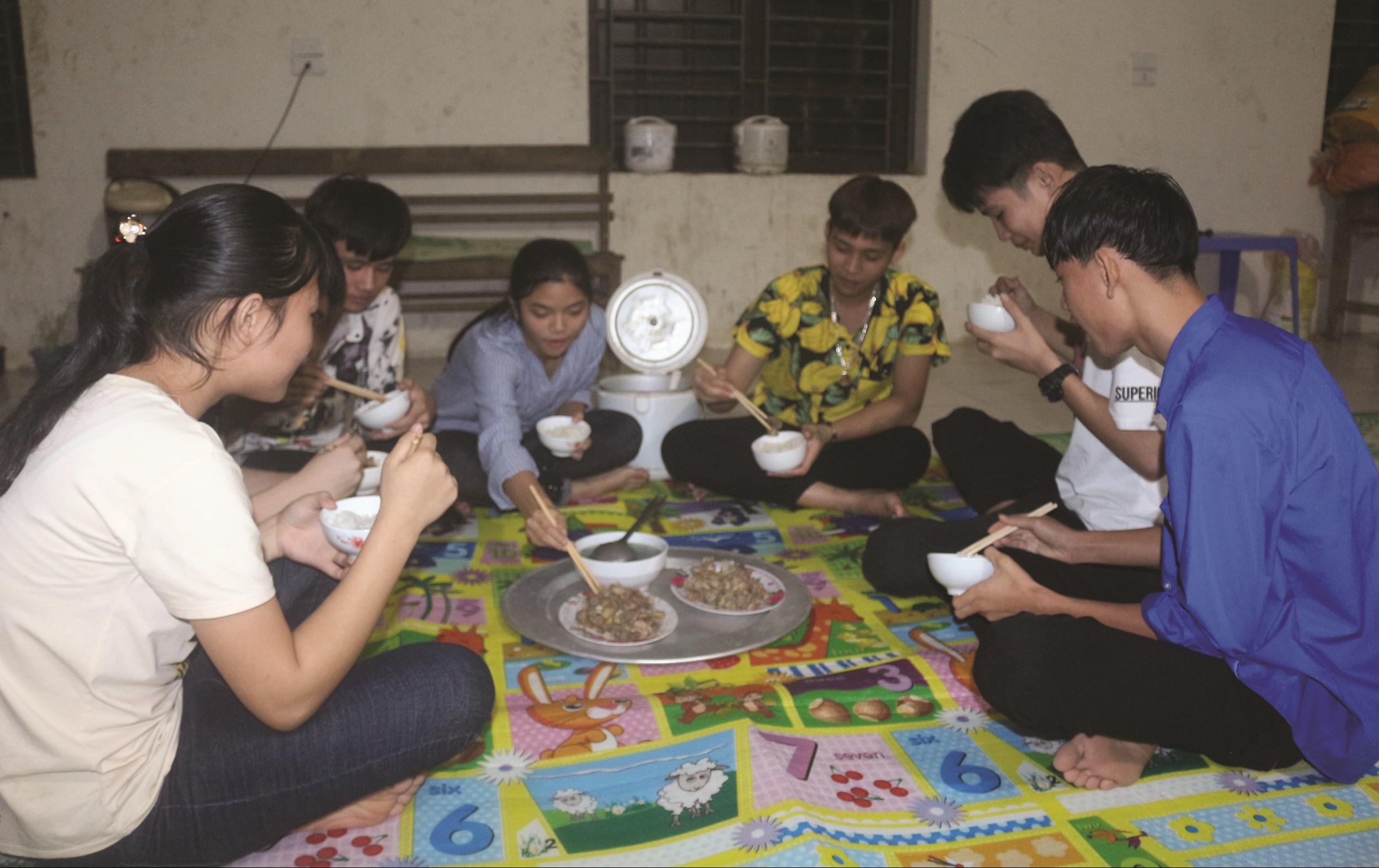 Nhờ giúp đỡ của thầy cô ở Trung tâm, nhiều học sinh có hoàn cảnh đặc biệt được tiếp tục đến trường học văn hóa, học nghề