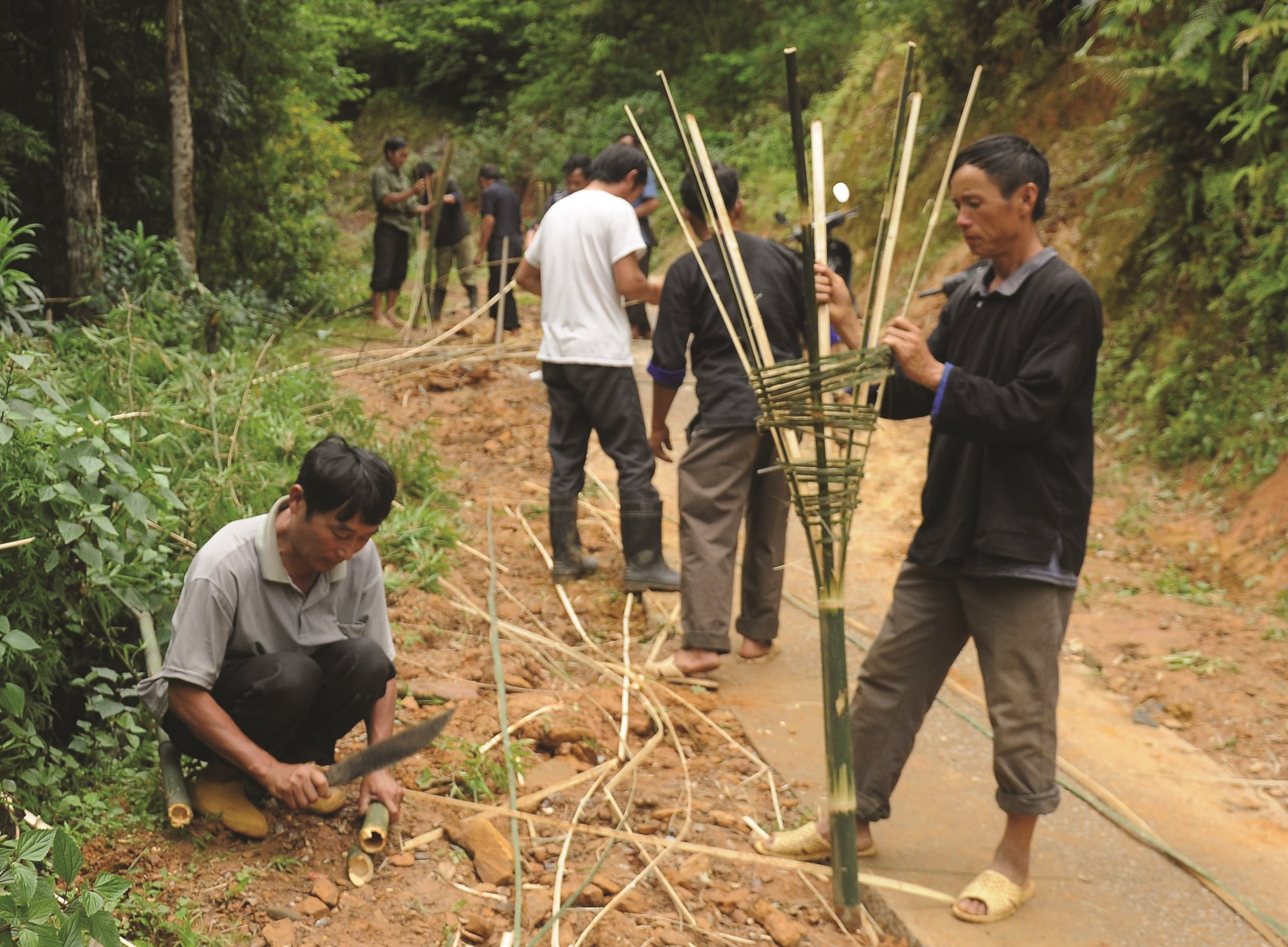Người dân trên địa bàn huyện Mù Cang Chải đan rọ đựng rác thải