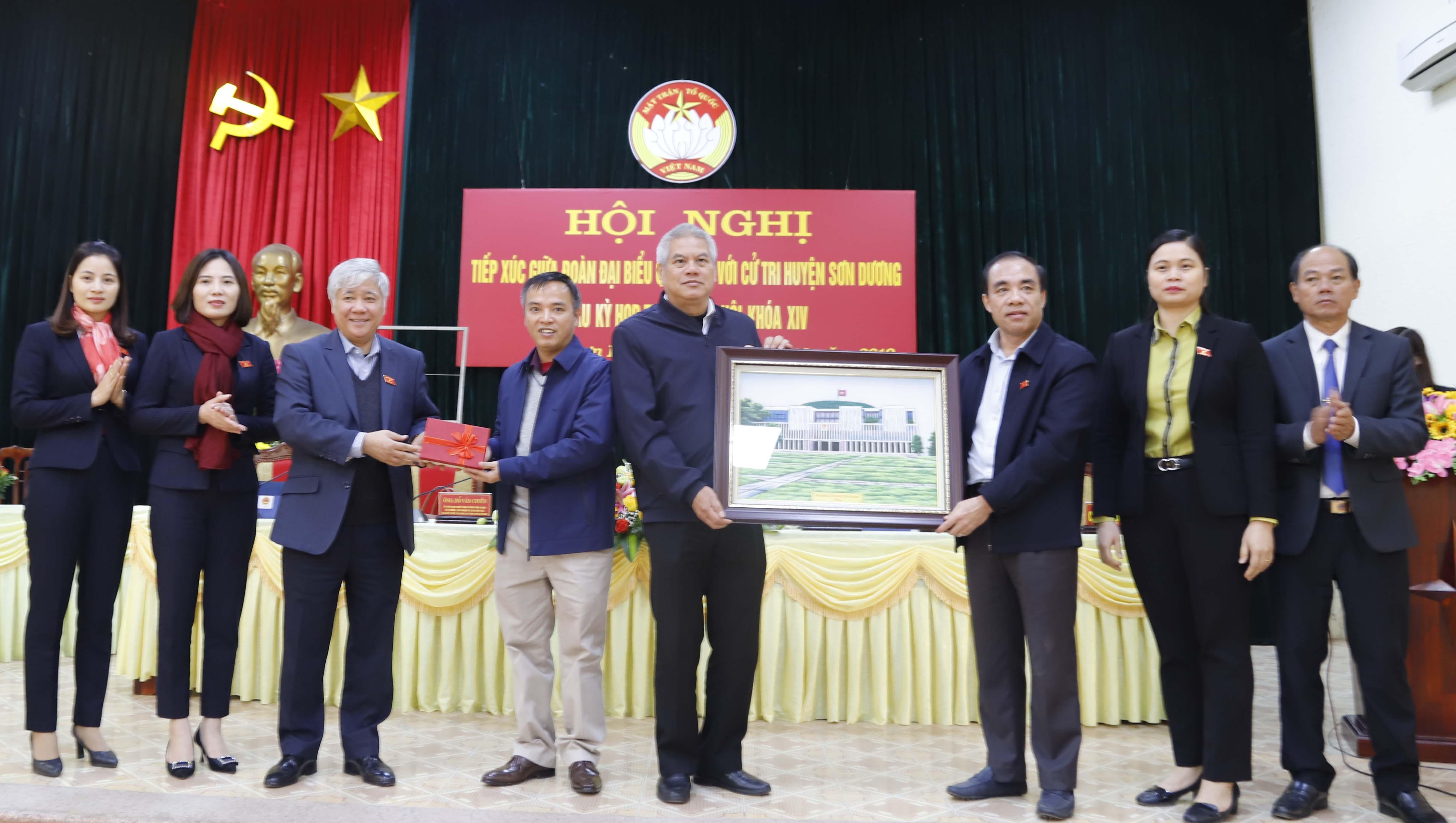 Đoàn ĐBQH tỉnh Tuyên Quang trao tặng bức tranh và 30 triệu đồng cho Quỹ khuyến học huyện Sơn Dương