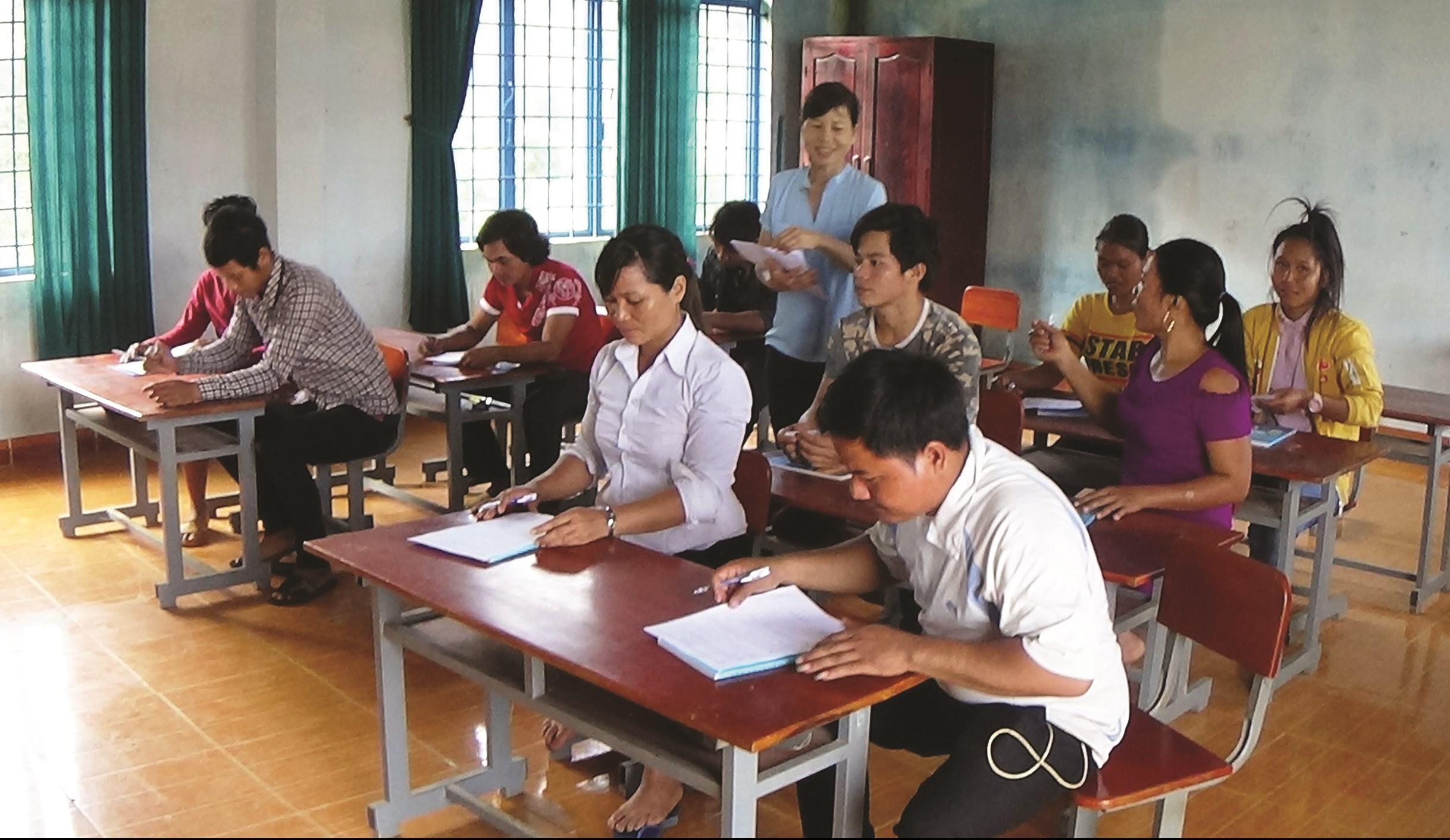 Để duy trì lớp học, các thầy cô giáo phải hy sinh hạnh phúc riêng tư với tâm nguyện xóa mù cho đồng bào DTTS
