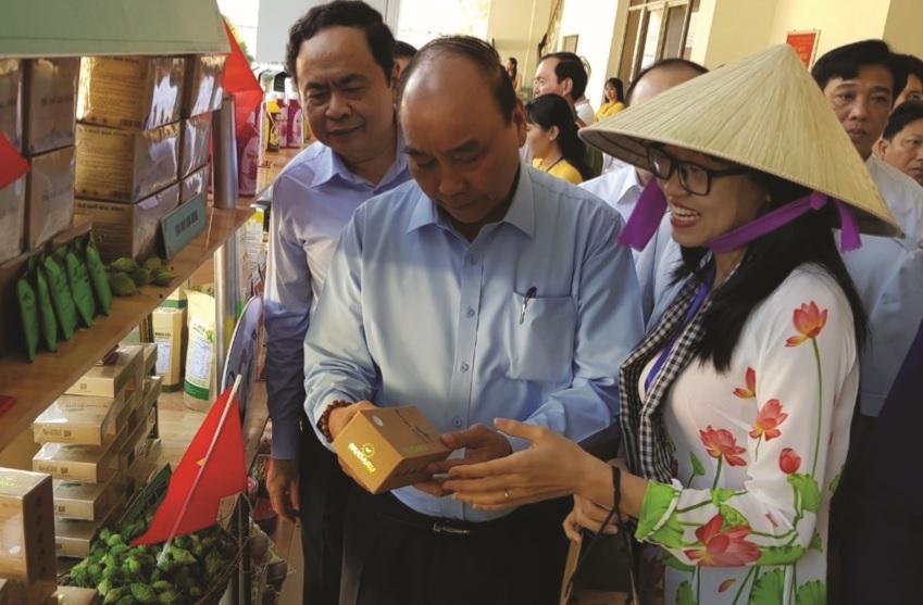 Thủ tướng Chính phủ Nguyễn Xuân Phúc thăm gian hàng trà khổ qua, sản phẩm của nông dân Cần Thơ