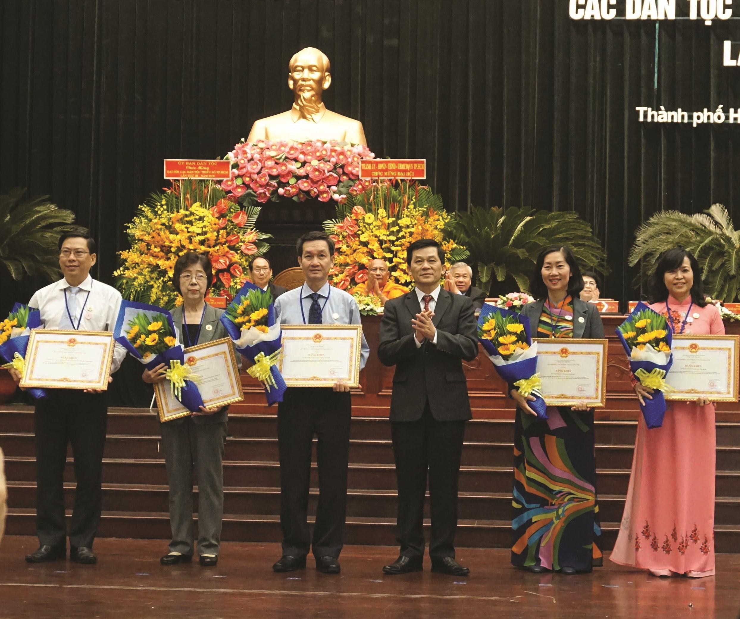 Thứ trưởng, Phó Chủ nhiệm UBDT Nông Quốc Tuấn trao Bằng khen của Bộ trưởng, Chủ nhiệm UBDT đến các tập thể và cá nhân.