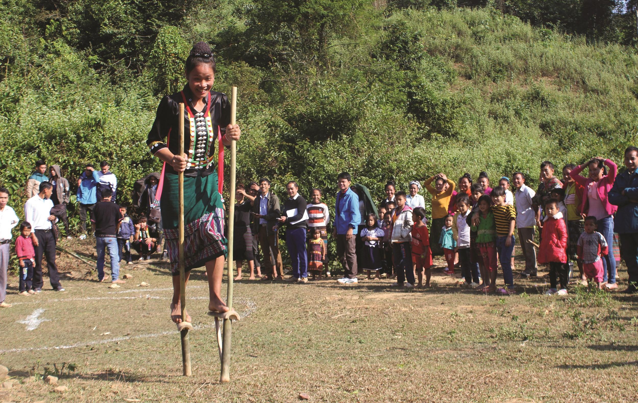 Phụ nữ dân tộc Cống tham gia trò chơi đi cà kheo trong dịp Tết hoa