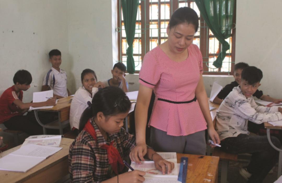 Giáo viên Trường THCS Châu Cam luôn dành sự quan tâm đặc biệt cho học sinh Đan Lai