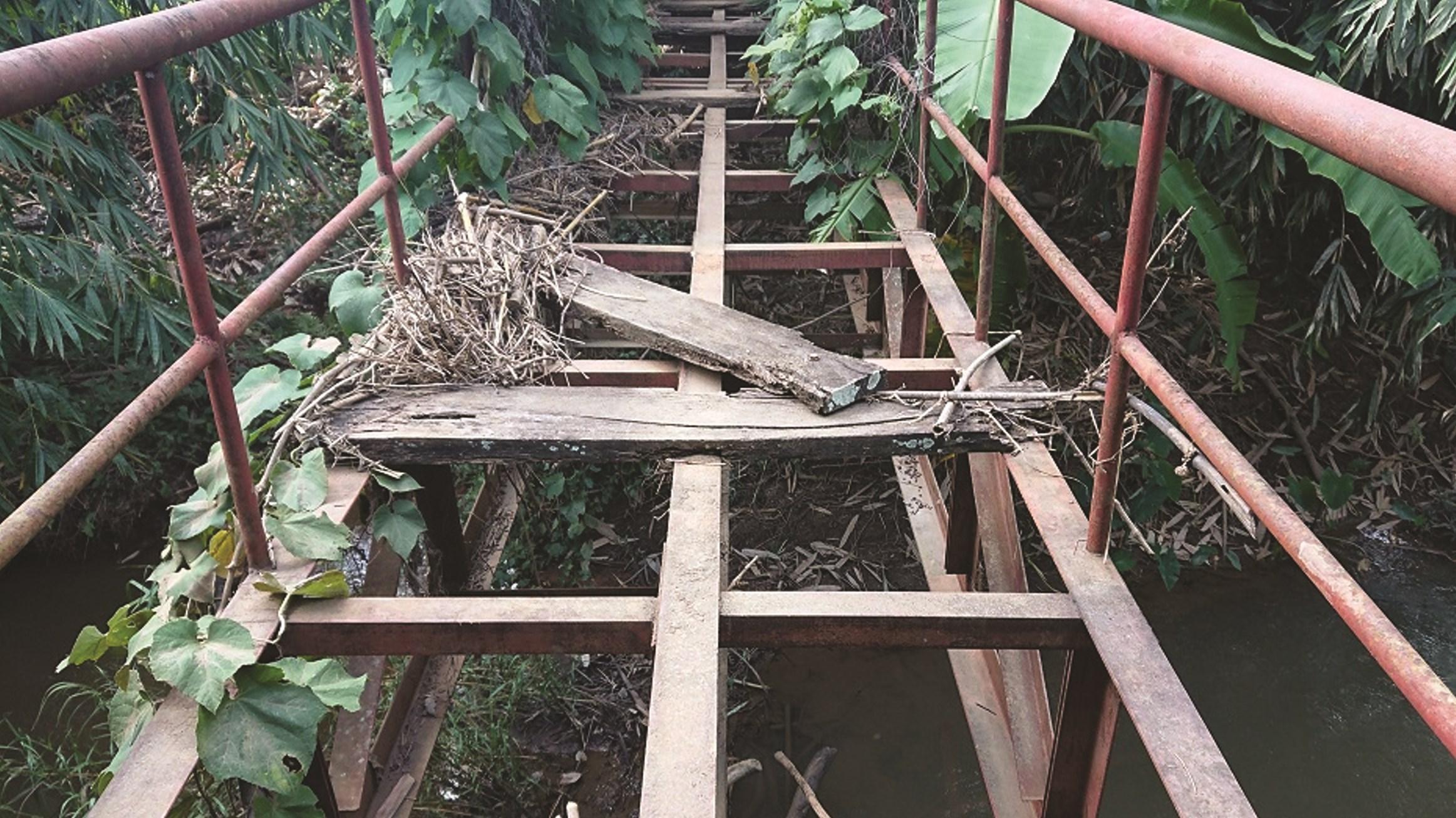 Cây cầu trong khu Di tích sập xệ mục ruỗng, xuống cấp nghiêm trọng
