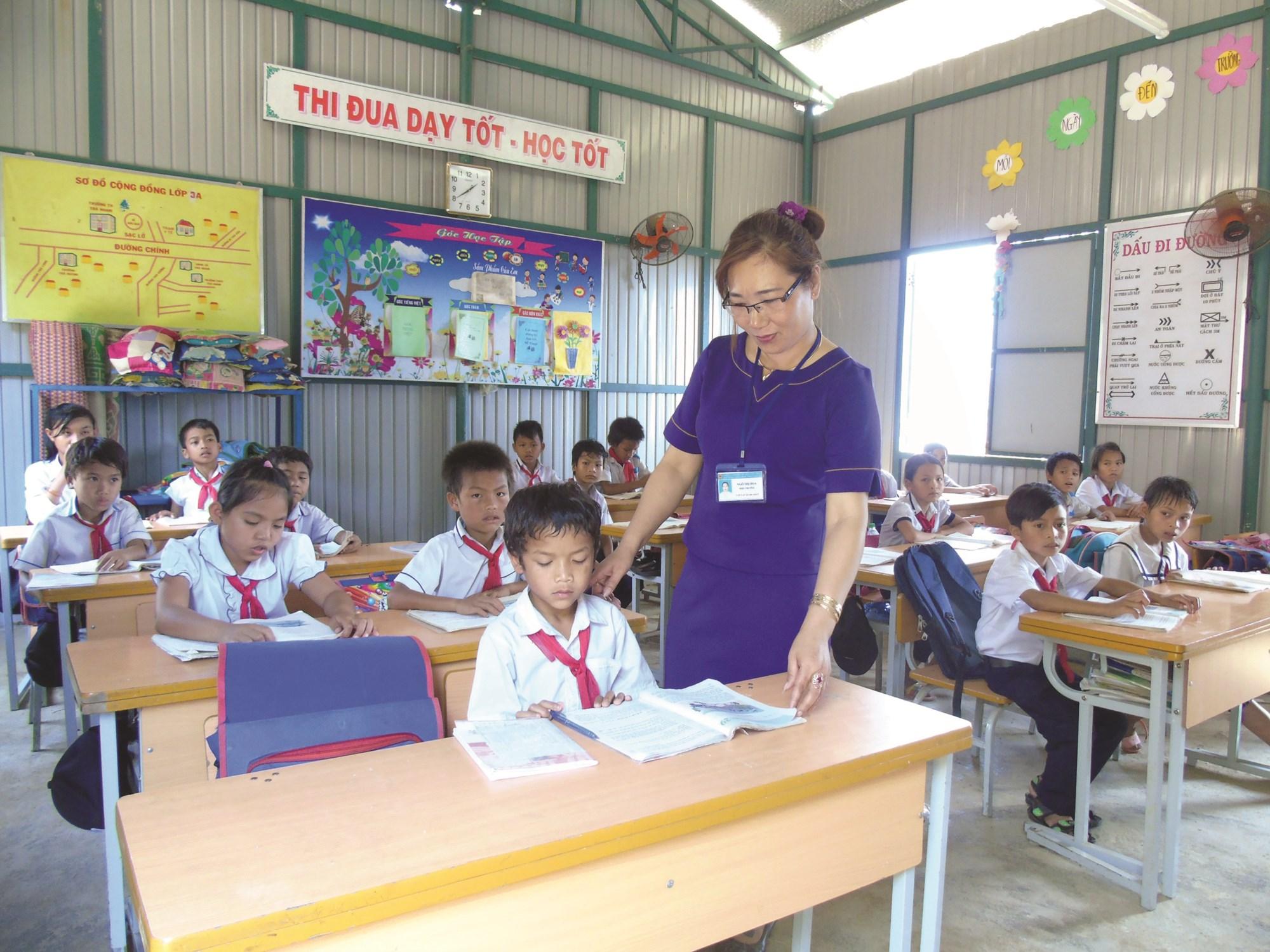 Cô Ngô Thị Hoa trong lớp học do chính mình vận động xây dựng