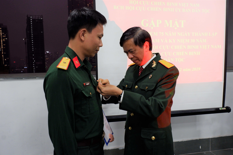 Đồng chí Phan Văn Hùng, Chủ tịch Hội CCB cơ quan UBDT trao quyết định kết nạp cho đồng chí Trịnh Văn Tâm vào Hội CCB UBDT