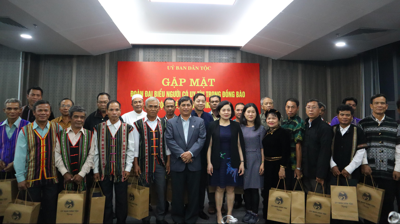 Bà Nguyễn Thị Tư trao quà lưu niệm của UBDT cho các Đại biểu Người có uy tín