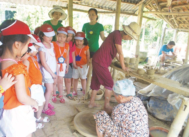 Các cháu học sinh tham quan làng gốm Thanh Hà