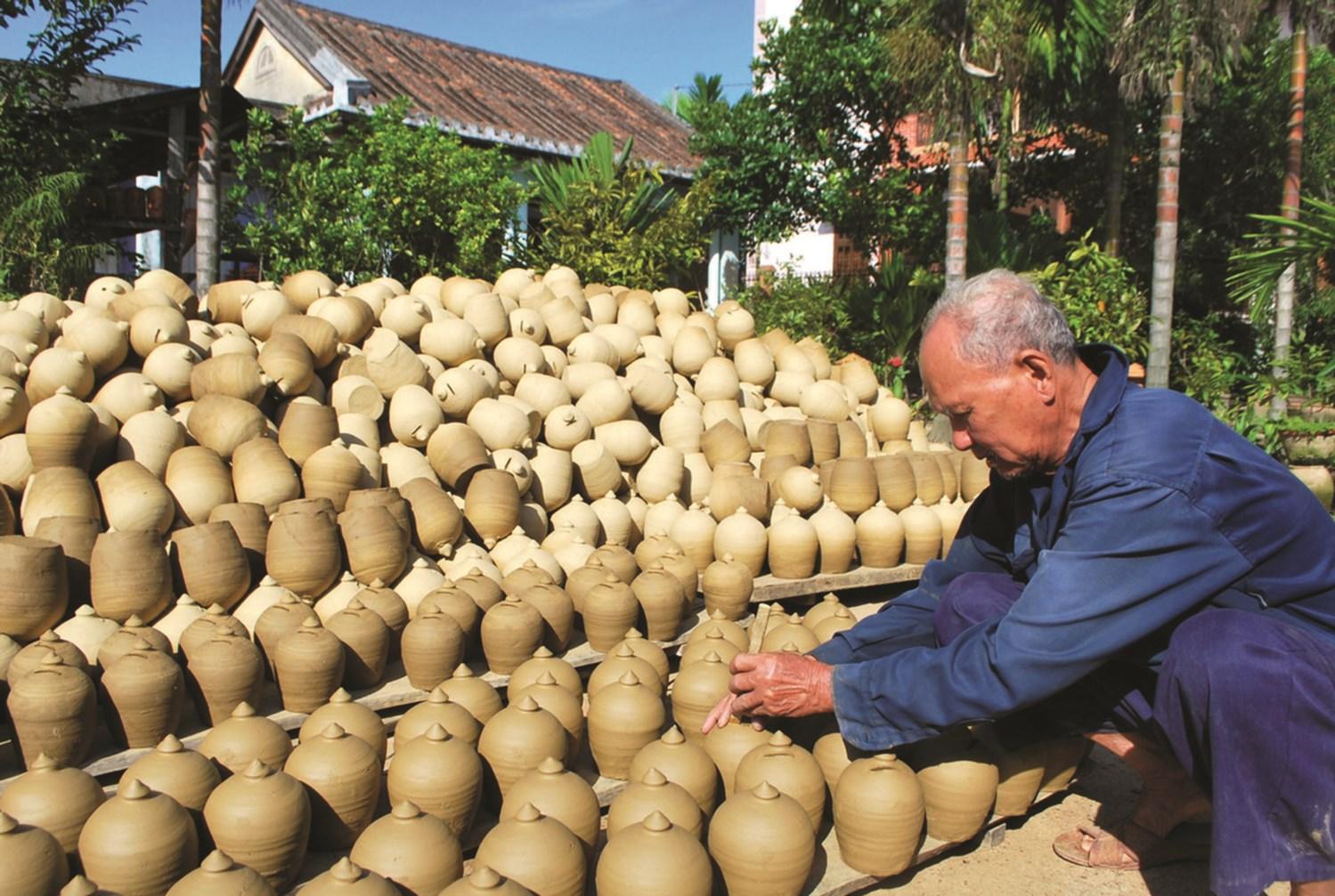 Các sản phẩm của làng nghề gốm ThanhHà được các cụ Nguyễn Lành đang phơi gốm