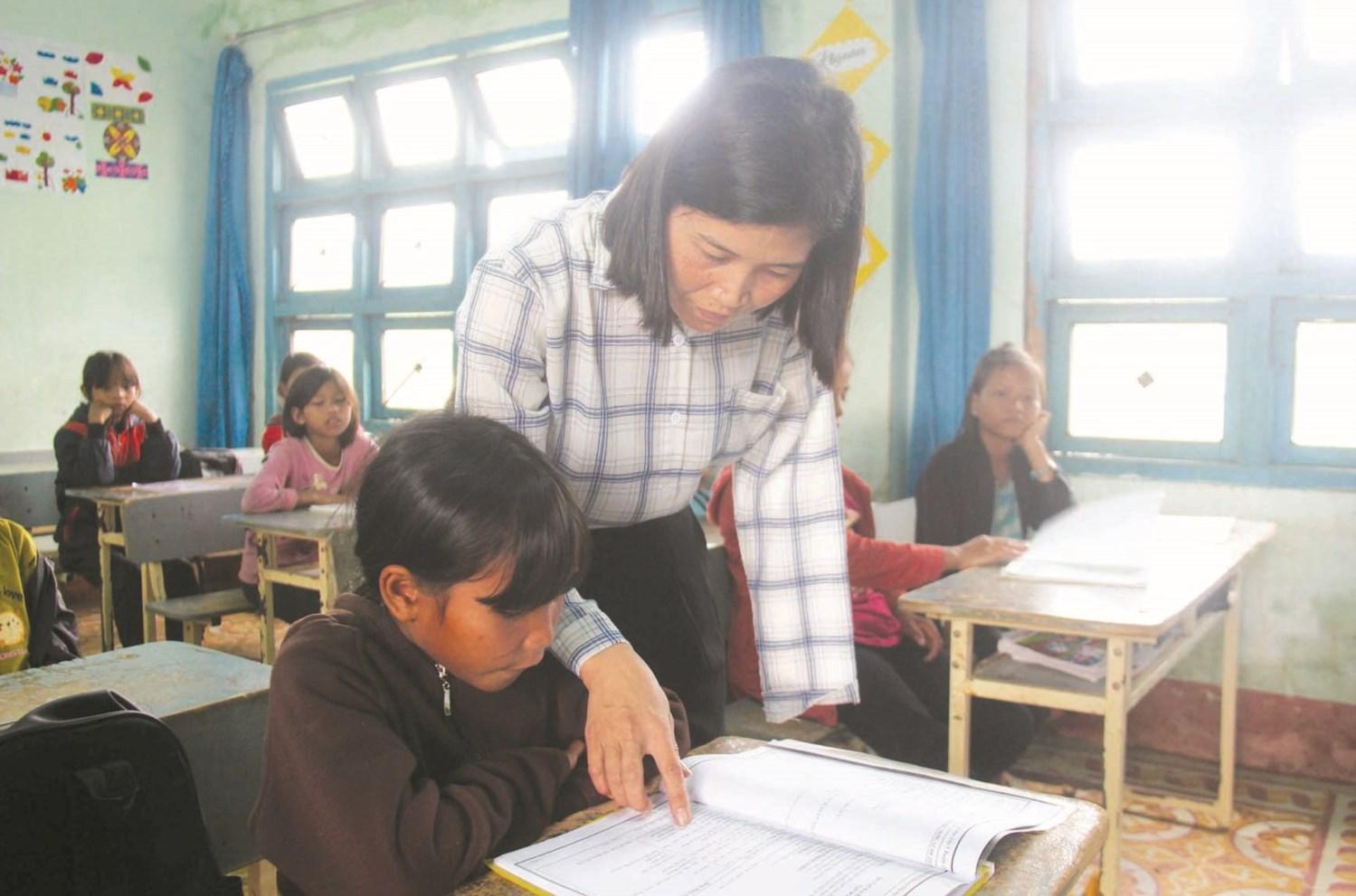 Cô giáo Trần Thị Bá Tiền luôn tận tâm truyền dạy kiến thức cho các em học sinh