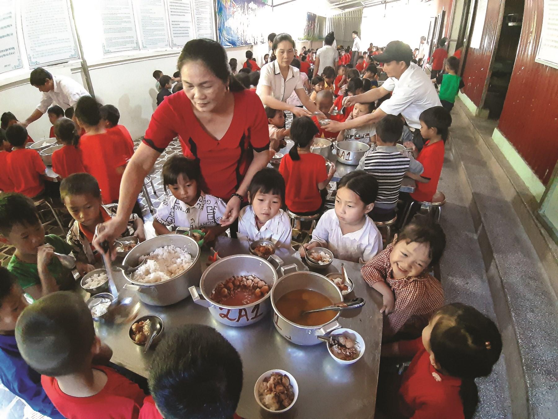 Các thầy cô giáo luôn tận tâm chăm lo cho các em học sinh từng bữa ăn, giấc ngủ