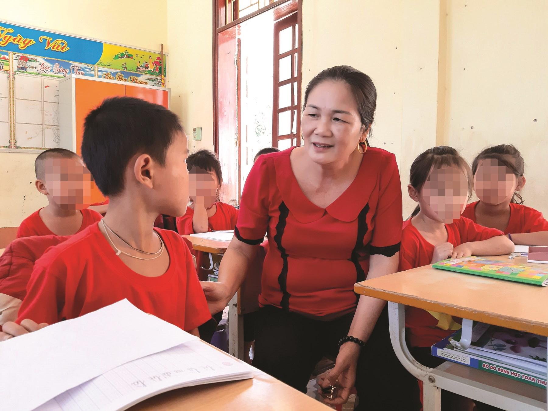 Không đơn thuần là dạy chữ, những thầy cô còn luôn sát sao động viên, giúp đỡ các em nên người