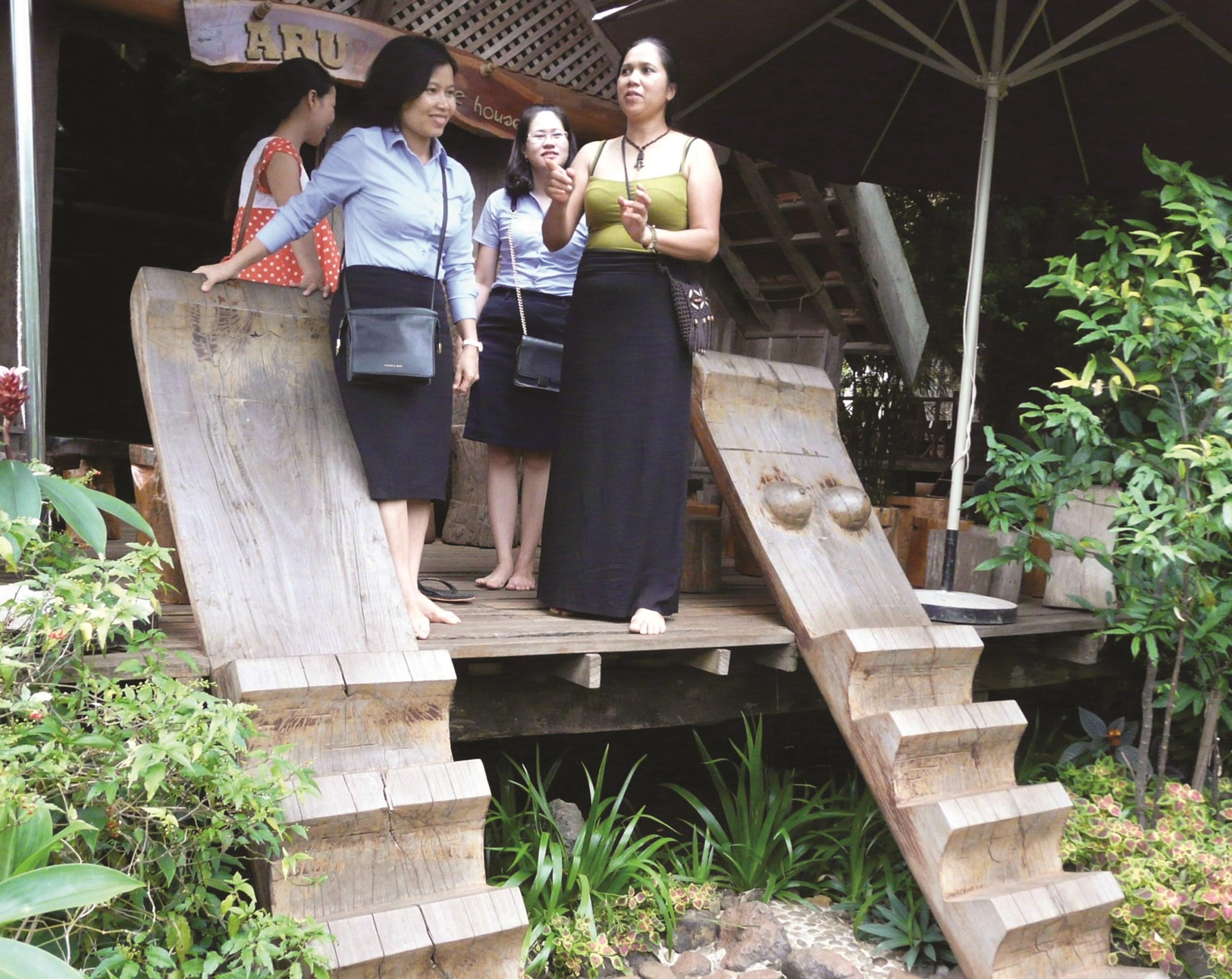 Đến thưởng thức cà phê tại quán Arul, du khách còn được tìm hiểu về các hiện vật văn hóa Tây Nguyên