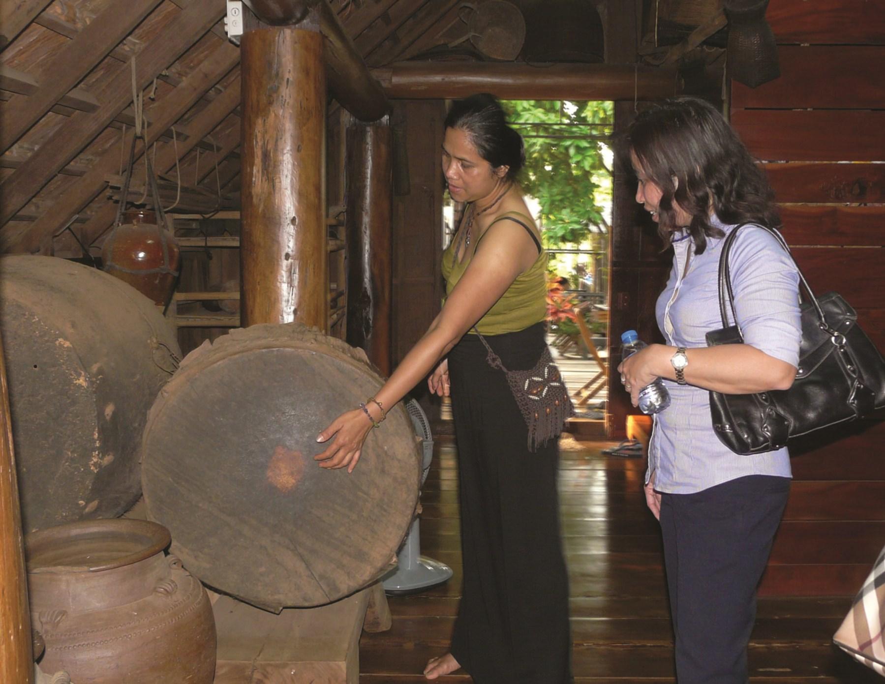 Bà H'Len giới thiệu văn hóa Ê-đê tại cà phê Arul