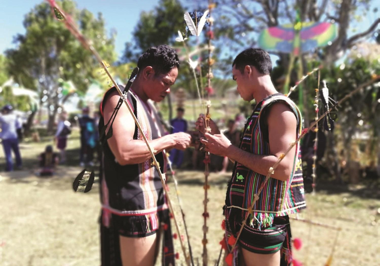 Những người đàn ông của làng trang trí cây nêu