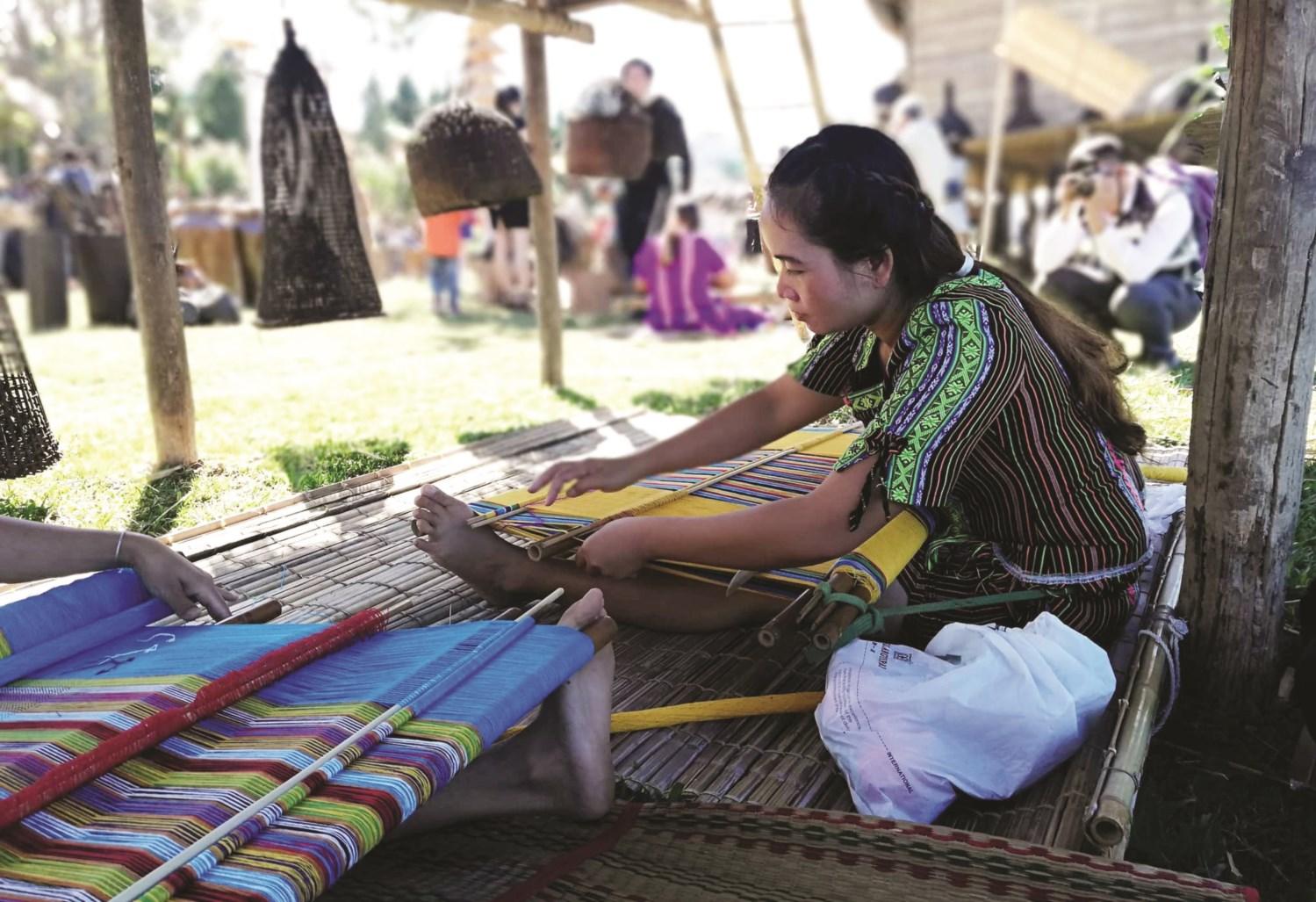 Sơn nữ dệt vải dưới chân nhà dài