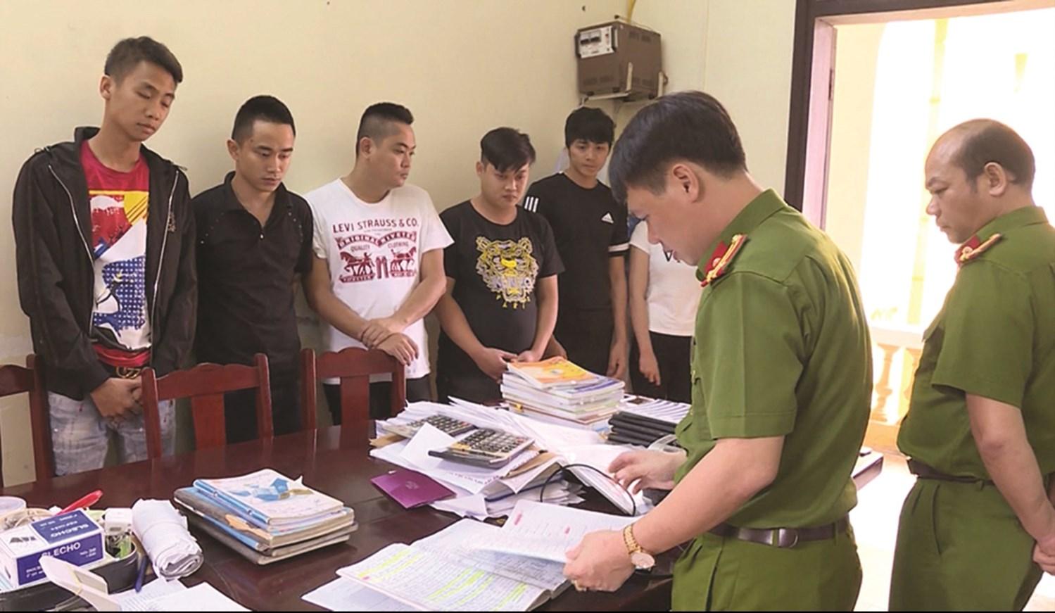 Các đối tượng trong ổ nhóm cho vay nặng lãi tại thị xã Phú Thọ khai báo tại cơ quan điều tra. Ảnh TL