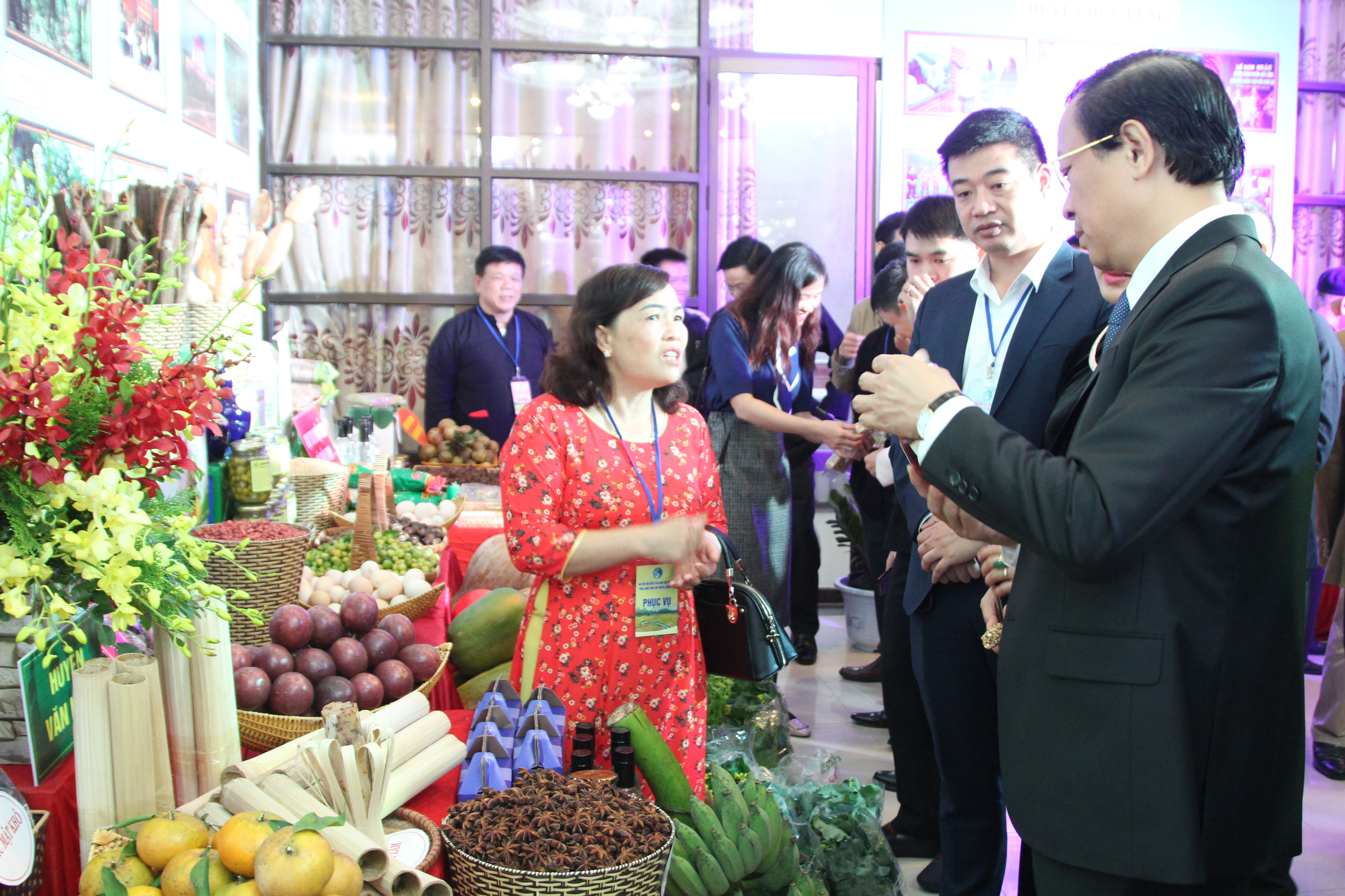Đại biểu thăm quan gian hàng sản phẩm của các địa phương