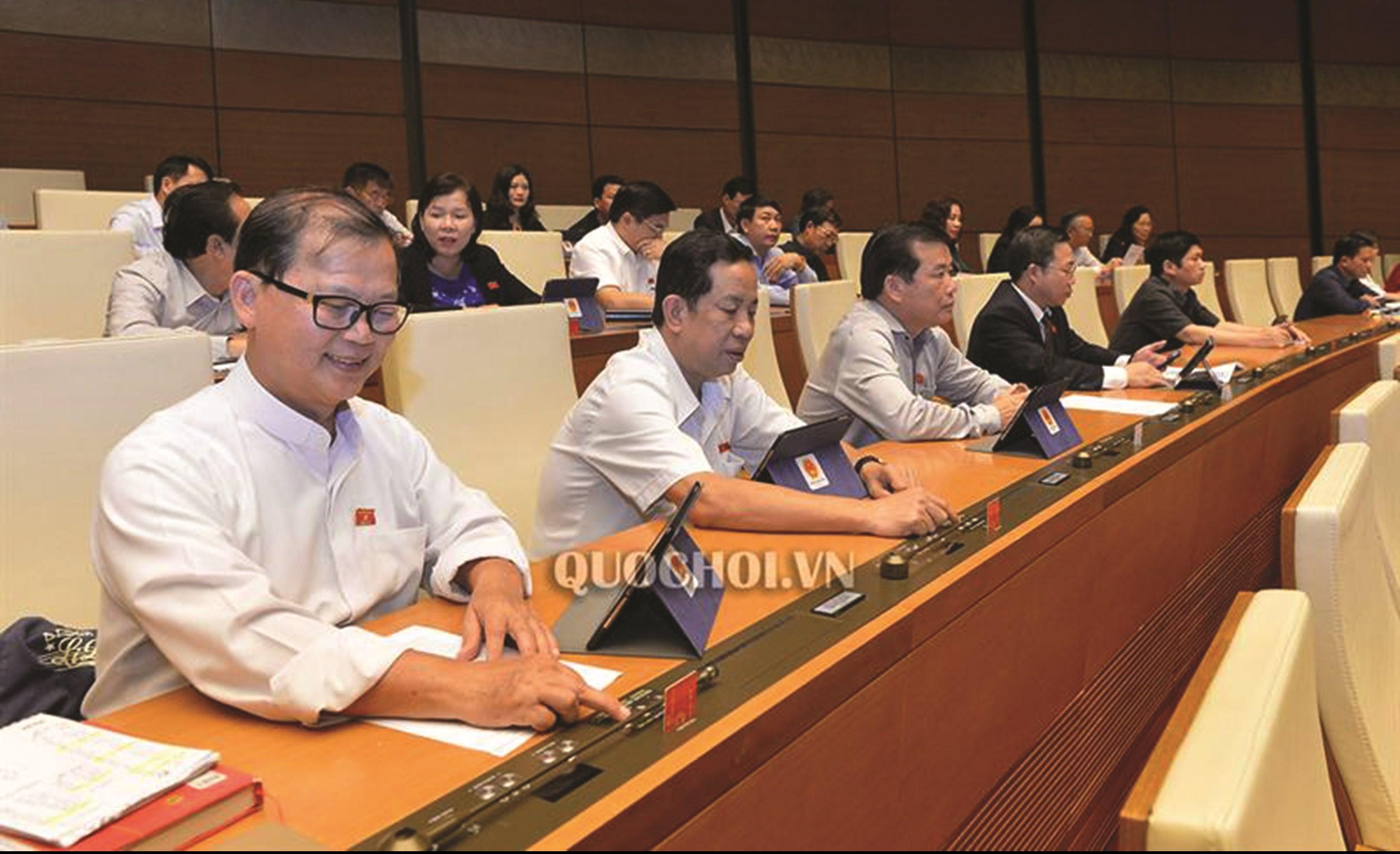 Đại biểu Quốc hội biểu quyết thông qua một số dự án Luật