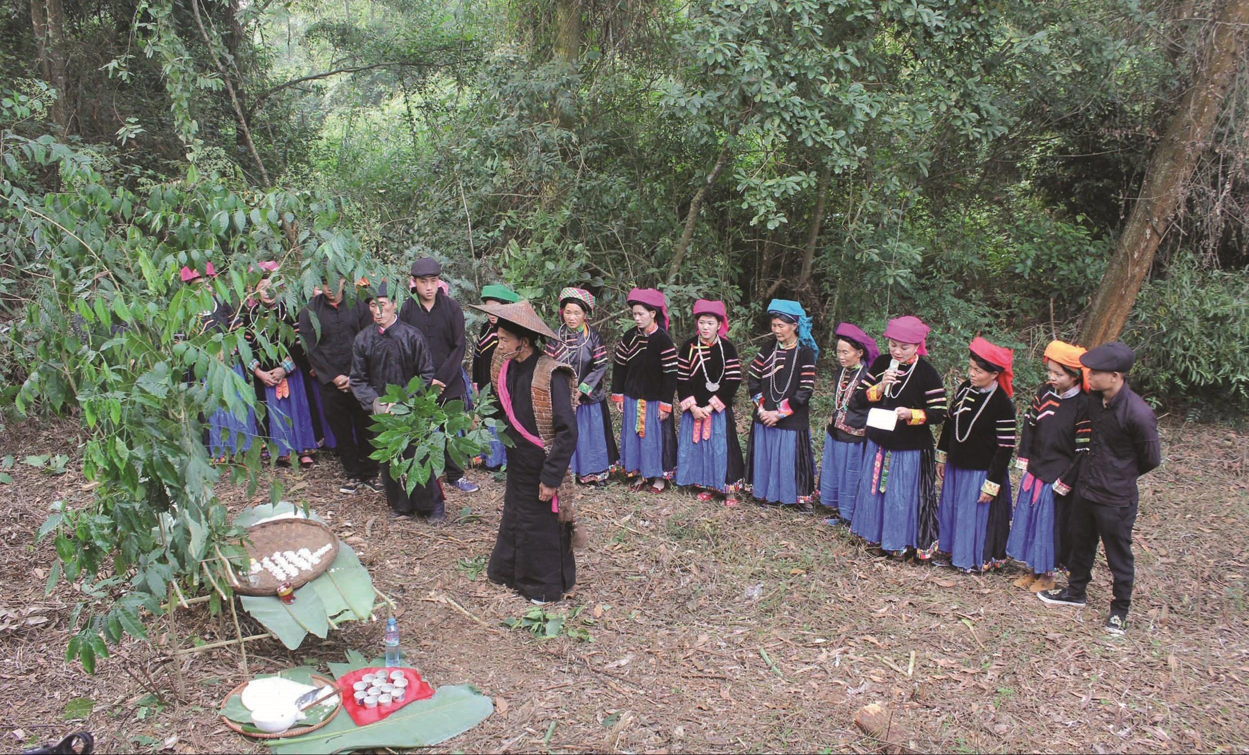 Phong tục, tập quán, tín ngưỡng của đồng bào các DTTS là nguồn đề tài phong phú cho các văn nghệ sĩ. (Trong ảnh: Lễ cúng rừng của người Pu Péo, Hà Giang)
