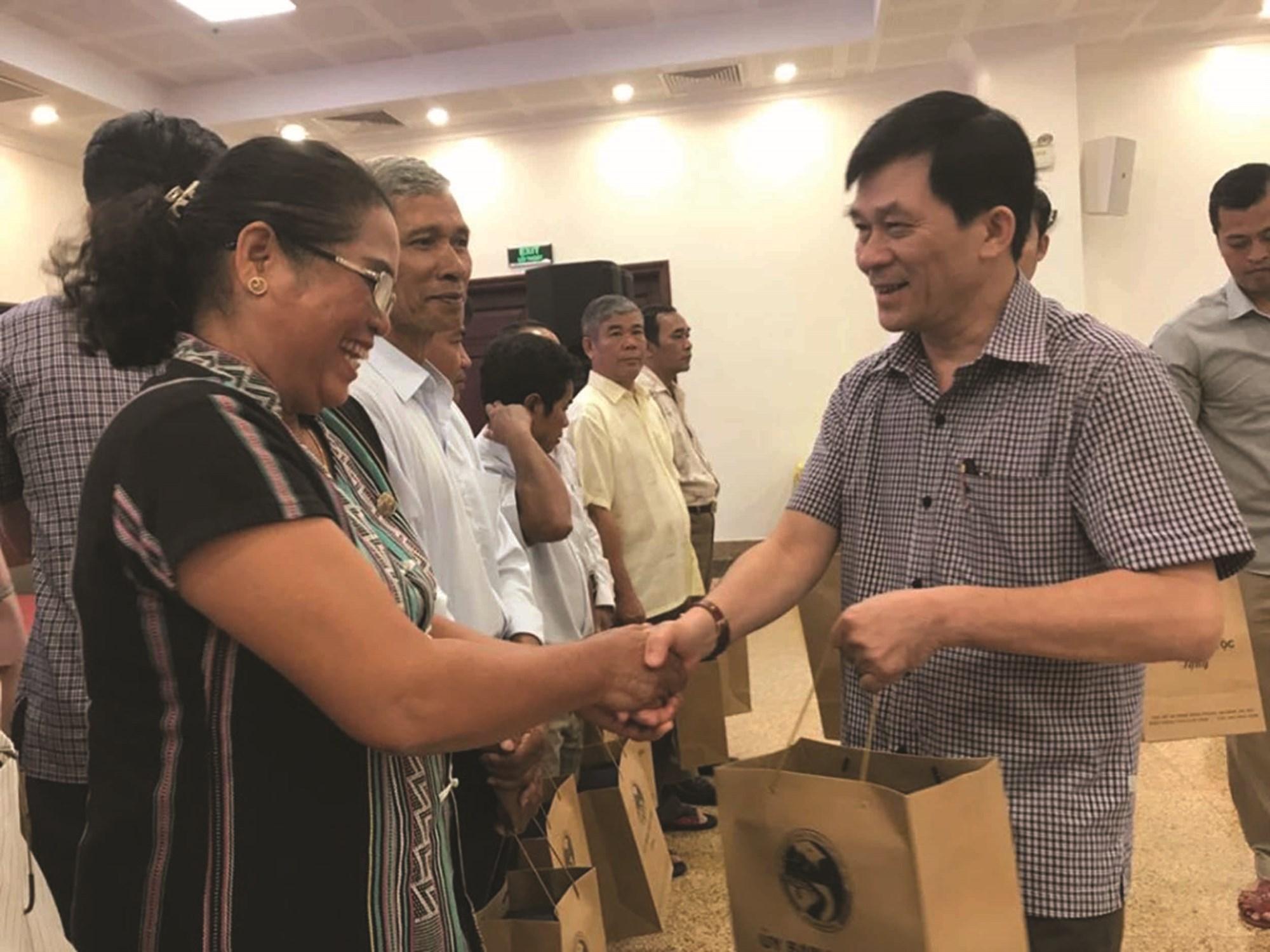 Thứ trưởng, Phó Chủ nhiệm UBDT Nông Quốc Tuấn tặng quà của UBDT cho Người có uy tín tỉnh Lâm Đồng
